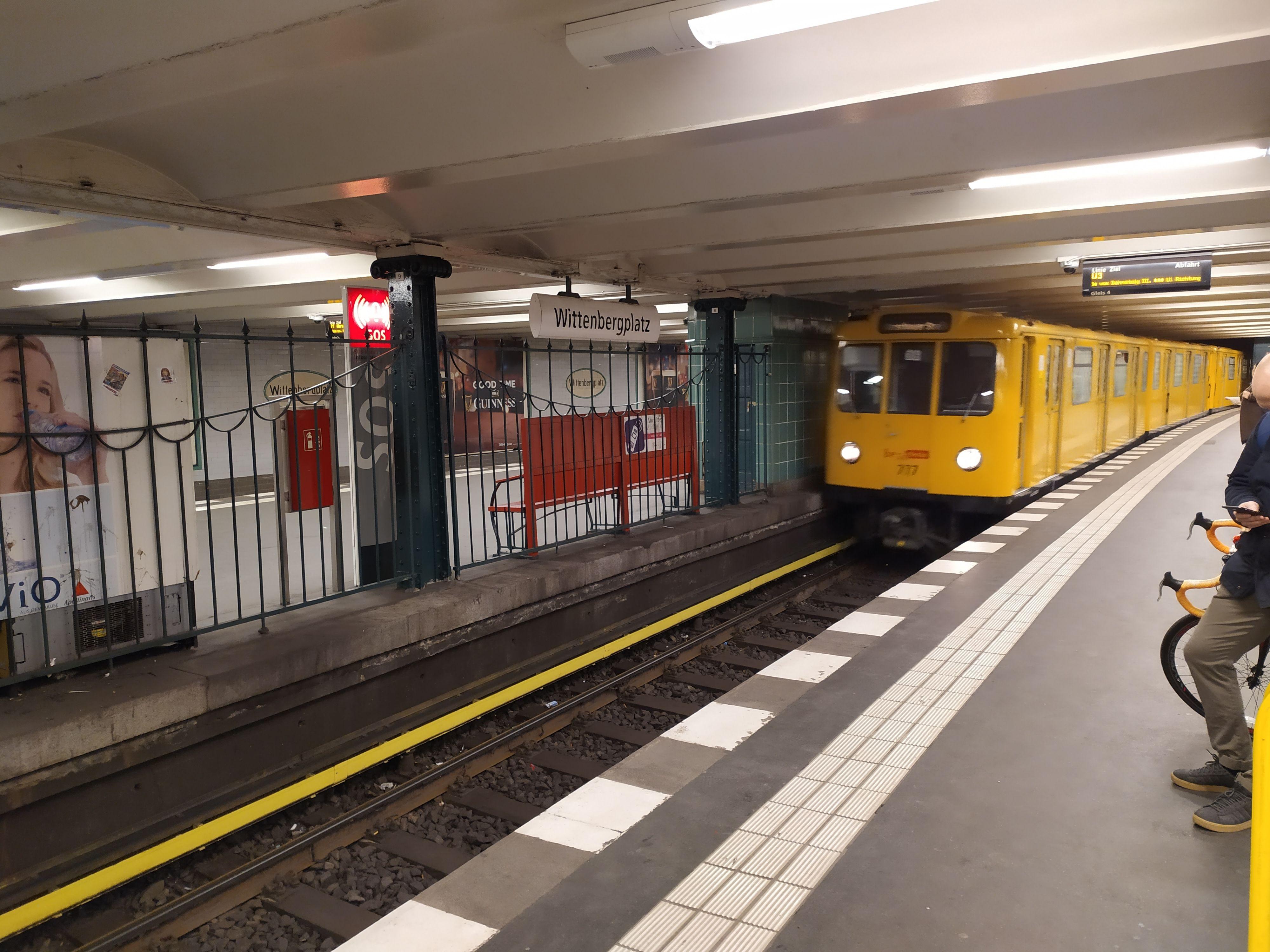 Mye bevegelse i vanskelig lys er den ikke glad i - tog i t-banetunnel ville vært en vanskelig øvelse også for dyrere telefoner.