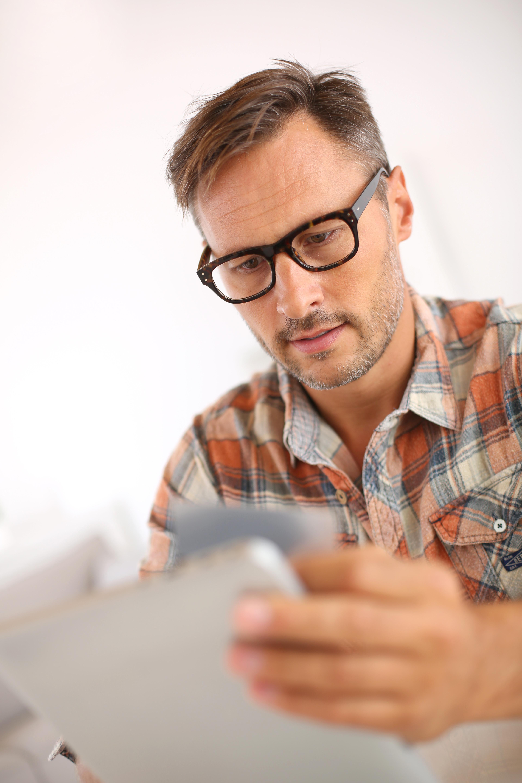 Sitt hjemme, og sjekk kontoen din jevnlig.Foto: Shutterstock / Goodluz