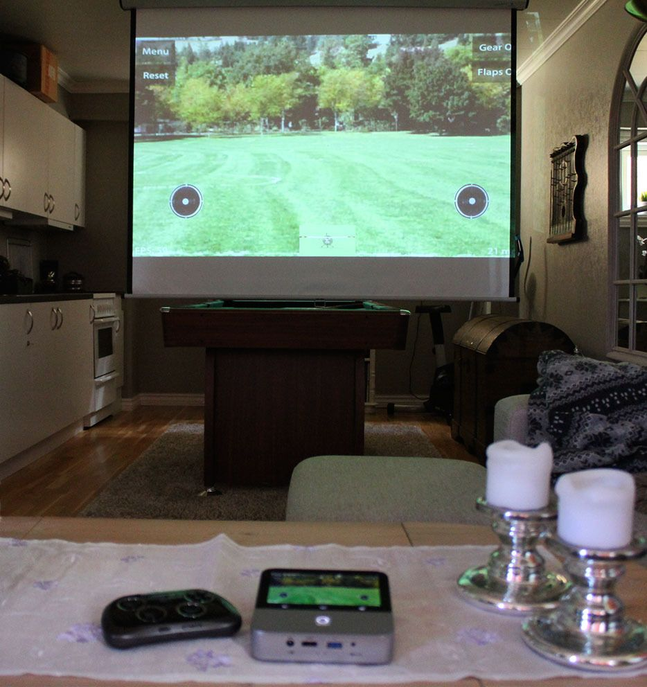Projektoren fungerer utmerket til mobilspill. Vi koblet til en trådløs kontroll fra Samsung for å styre modellflyet i denne simulatoren.Foto: Espen Irwing Swang, Tek.no