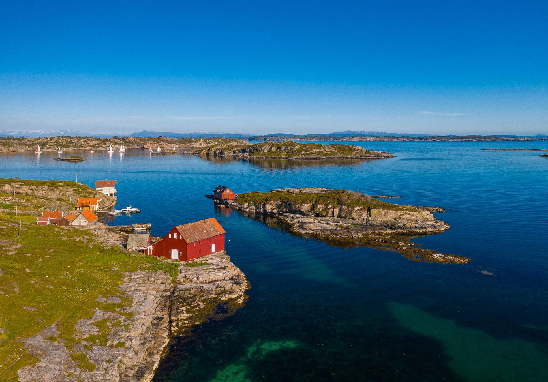 FLOTTE FISKEFORHOLD: Her kan man kaste ut både teine og snøre rett fra bryggekanten. Kamskjell, torsk, havlaks og hummer er det også mye av i sjøen utenfor Store Vardøyna.