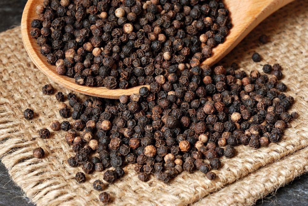 Pepper blir ofte produsert under mildt sagt uhygieniske forhold. Dette fikk vi en solid påminnelse om på 1980-tallet da noen importører sluttet å strålesterilisere krydderet.