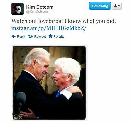 På et av bildene Dotcom har lagt ut ser man den amerikanske visepresidenten Joe Biden omfavne MPAA-sjefen Chris Dodd. Antageligvis er han ikke stor fan av noen av dem.Foto: Faksimile, Twitter.com