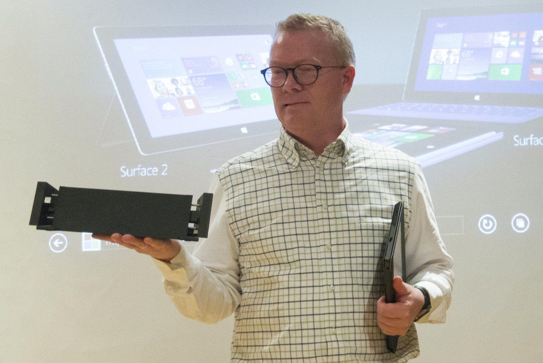 Christian Almskog i Microsoft viser frem Surface Pro 2 og dokkingstasjonen.Foto: Vegar Jansen, Hardware.no