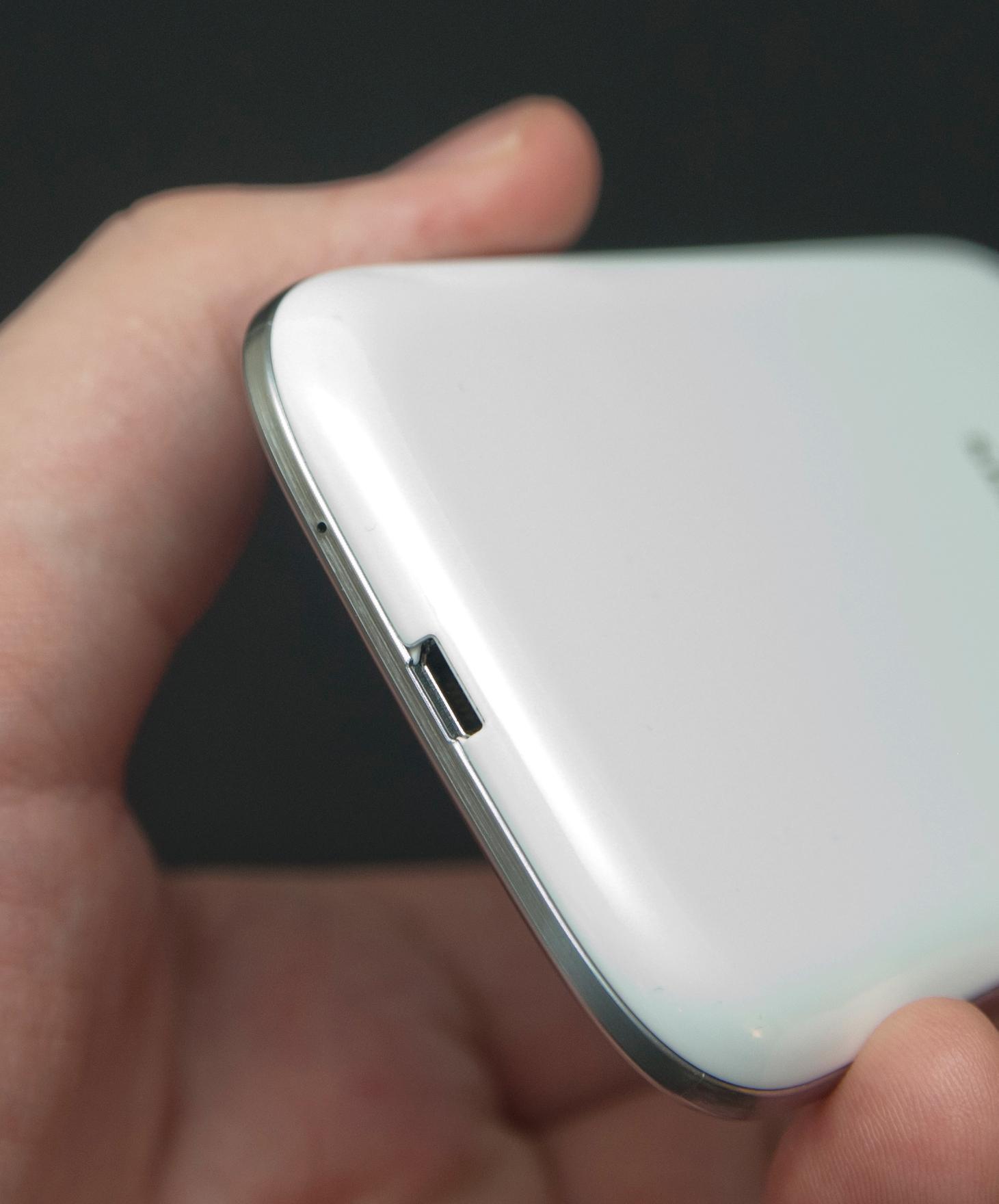 Før lanseringen ble det spekulert i at Samsung ville flytte på USB-porten som tradisjonelt har hatt sin plass nederst i midten. Det gjorde de ikke.