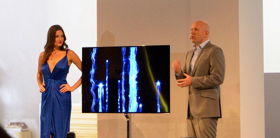 Her viser Samsung fram sin 55 tommer store OLED-TV på IFA i Berlin.Foto: Hardware.no