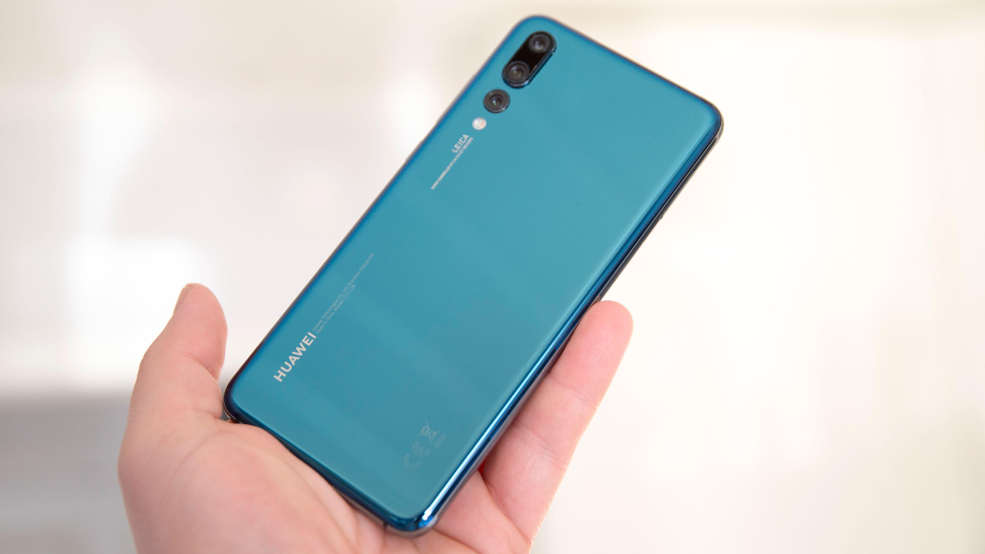 En blå variant kan avhengig av lyset se nærmere grønn ut, som her. I tillegg finnes det en svart utgave av telefonen.