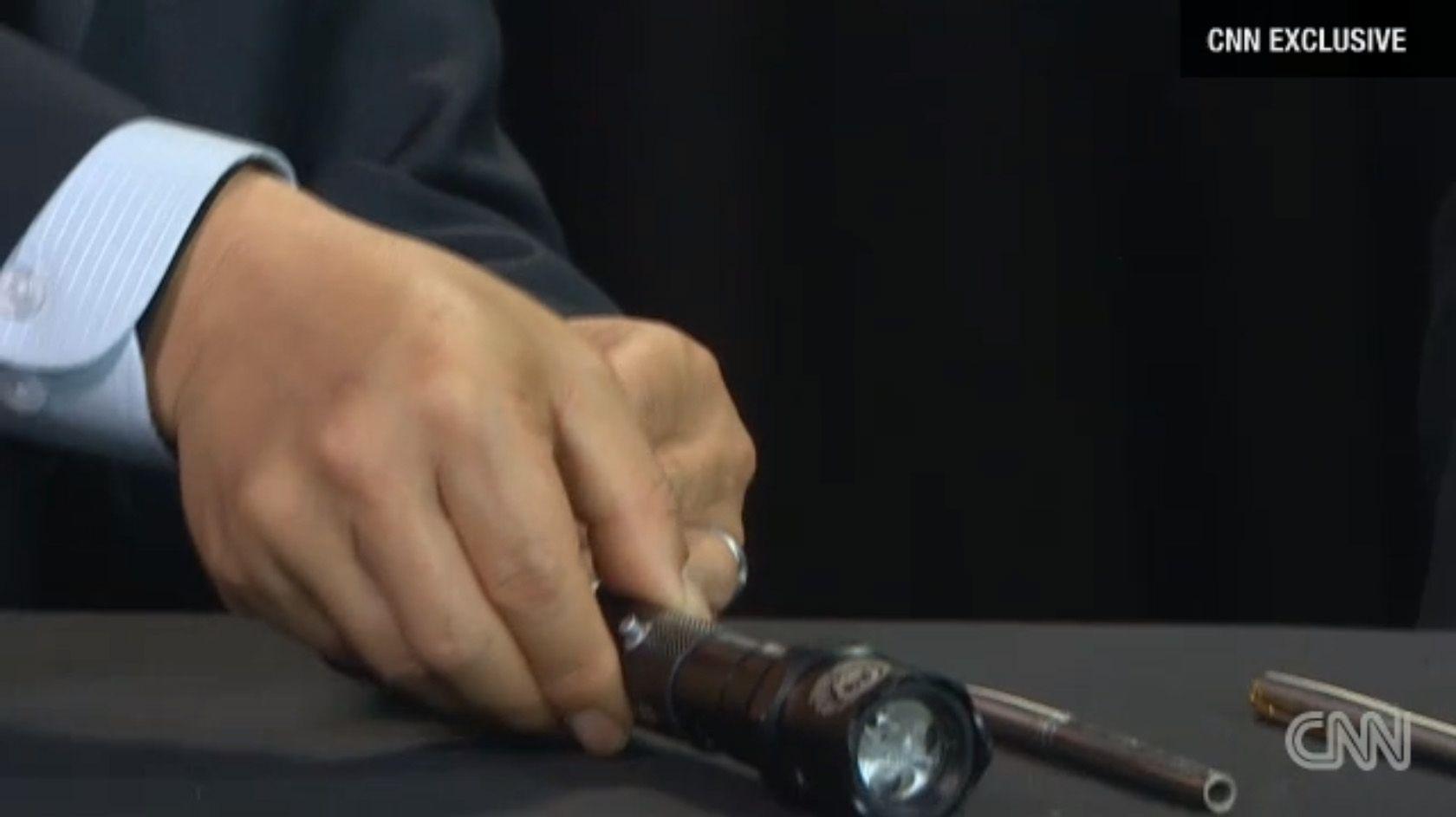 En lommelykt utstyrt med tre kuler var også en del av det dødelige arsenalet.Foto: CNN