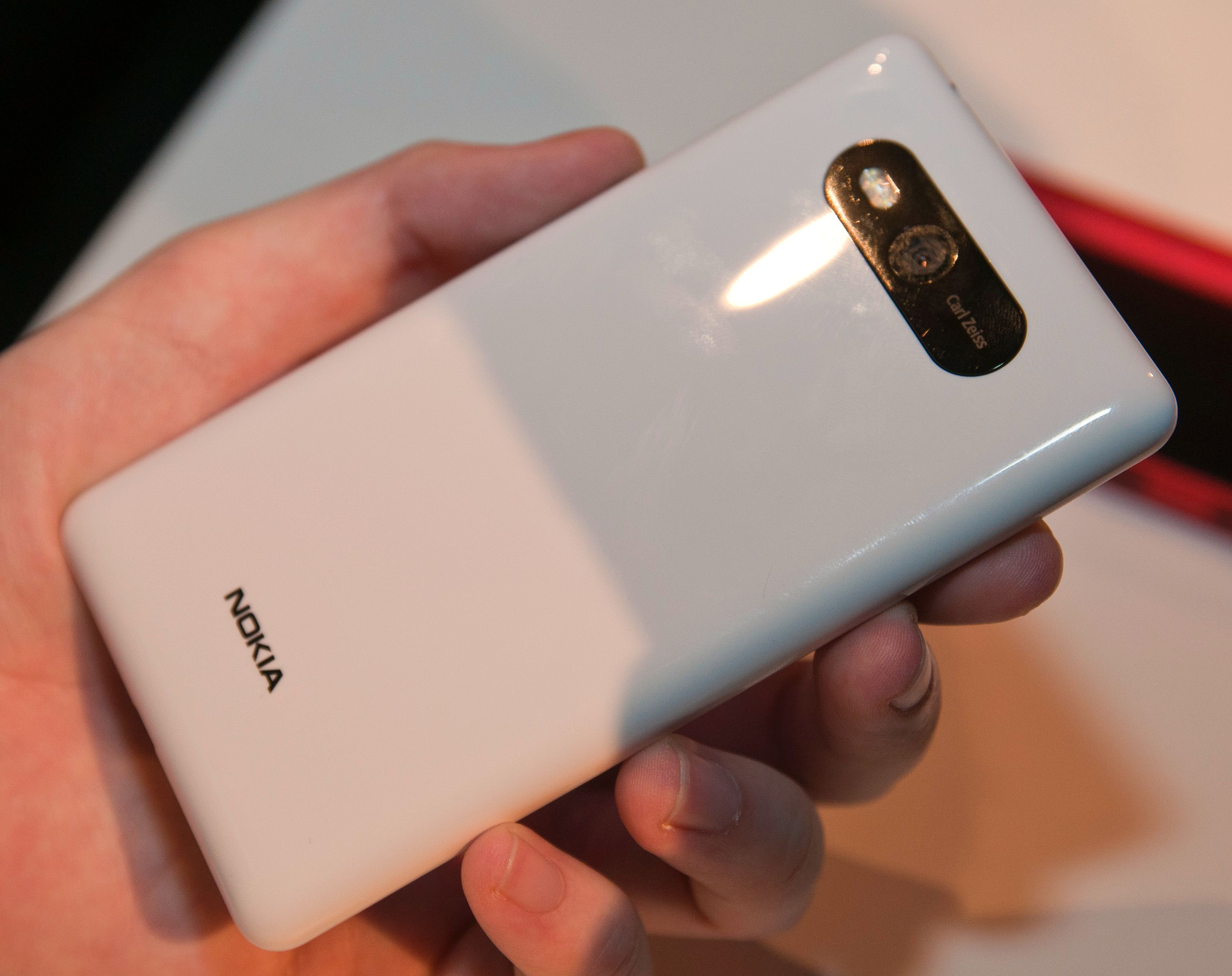 De vanlige dekslene er laget i det samme plastmaterialet som mange av de tidligere Lumia-modellene er laget. De føles derfor svært så solide.