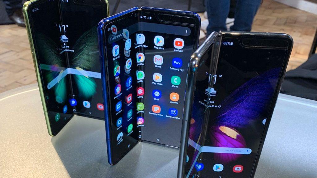 Galaxy Fold koster 21.000 kroner, og har skjerm som er i plast over det hele. Galaxy Z Flip har glasskjerm med plastfilm over. Kanskje gjør det den mer robust.