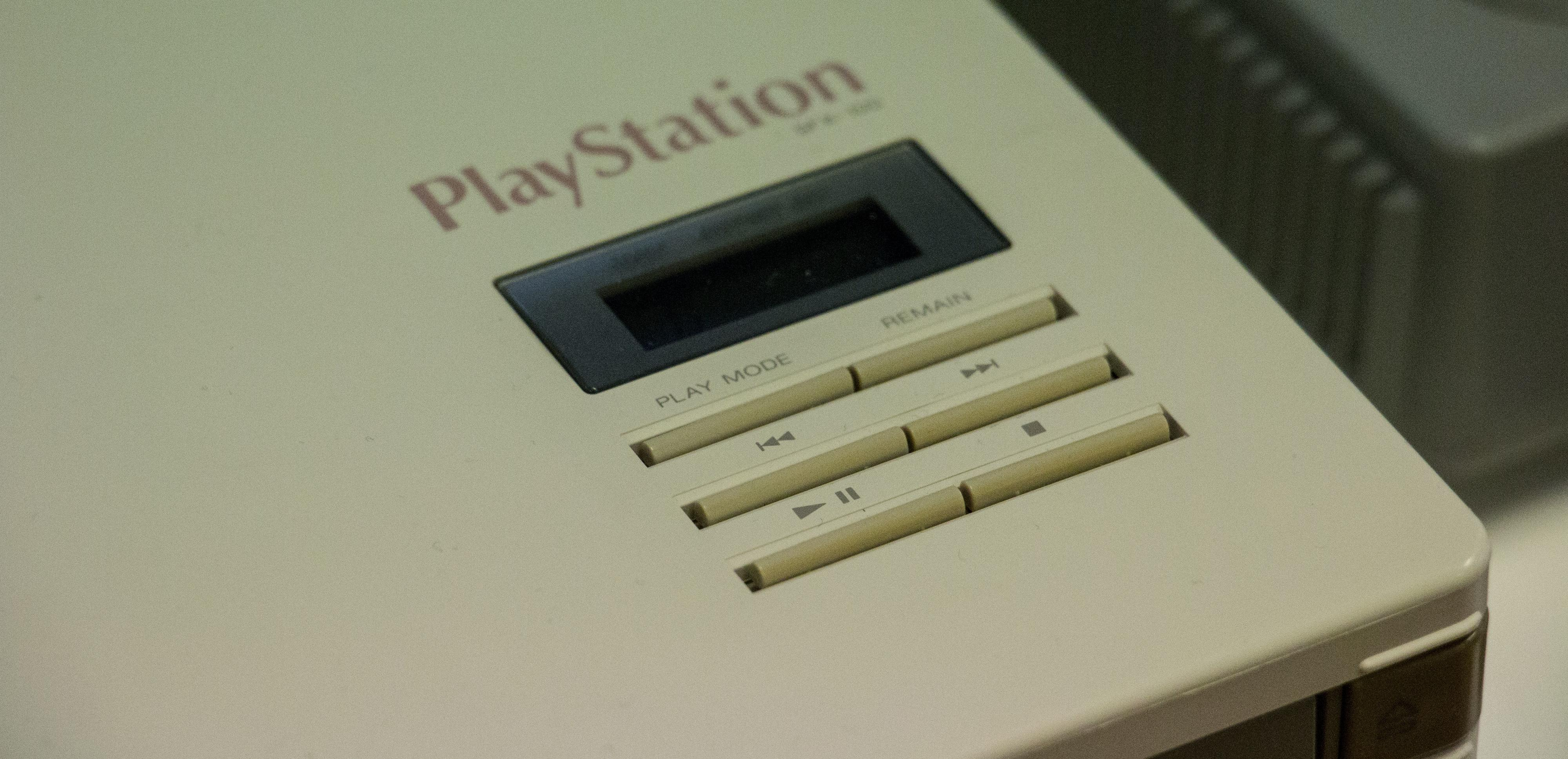 Du kan styre avspillingen av en musikk-CD via kontrollene på toppen, samtidig som du spiller et spill fra en kasett.