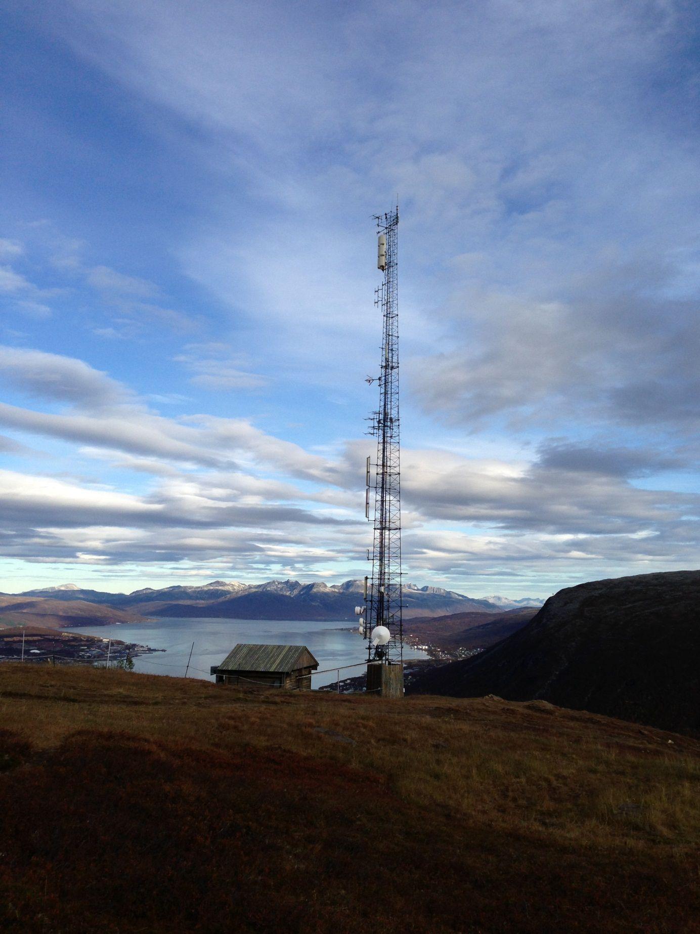 Her er et bilde tatt av basestasjonen på Fløya i Tromsø. Dette er et av stedene der mobiloperatørene har problemer med å bygge god dekning fordi basestasjonene kan forstyrre andre basestasjoner i området.Foto: Bjørn Amundsen/Telenor