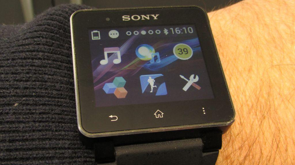 SmartWatch 2 føles ikke ubehagelig diger på armen.Foto: Espen Irwing Swang, Amobil.no