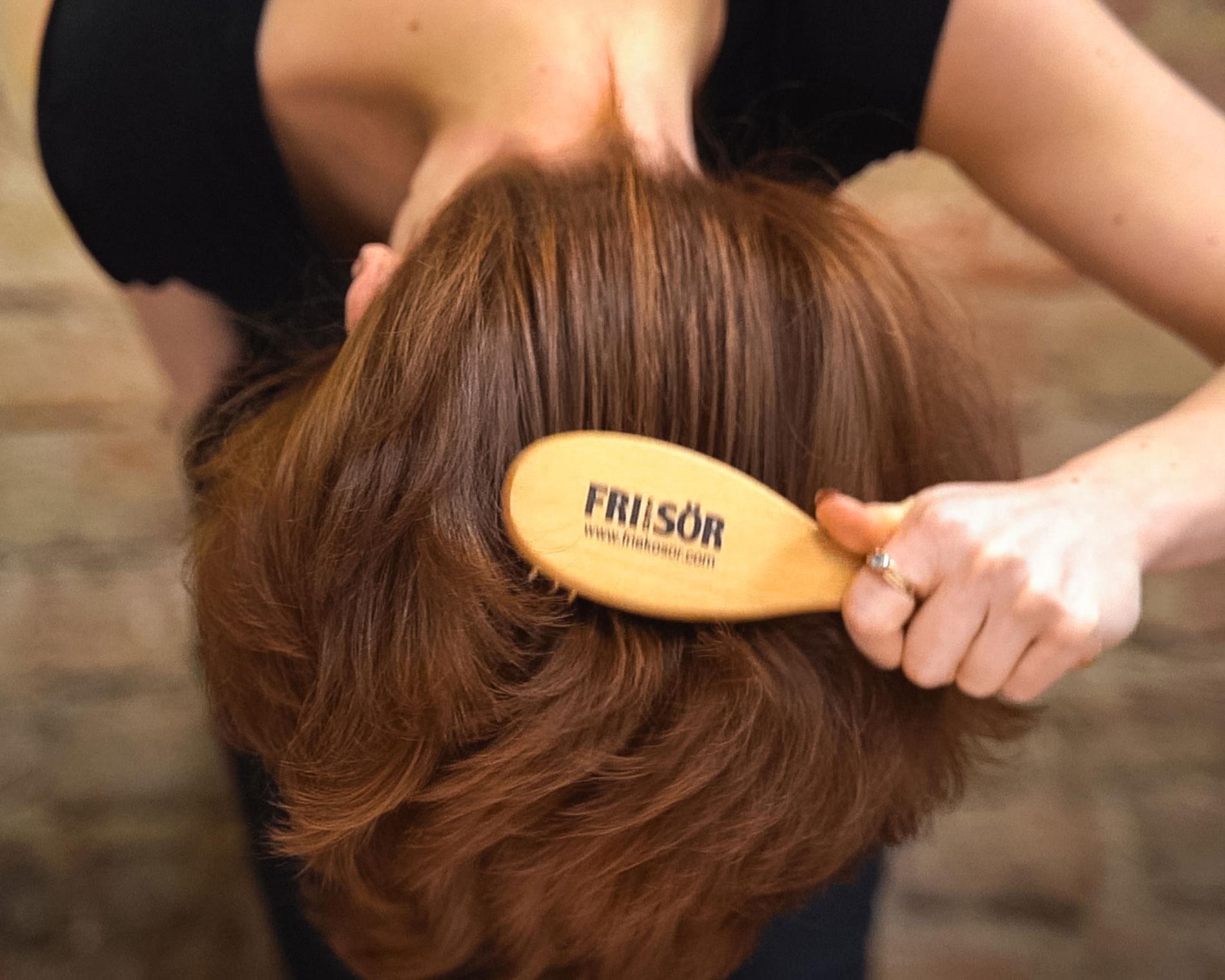 Borsta hårbotten med massageborsten varje kväll. 60 - 100 tag. Börja borsta på sidorna och sedan hjässan. För bättre effekt luta huvudet framåt och borsta, så att blodet lättare tar sig till hårbotten.