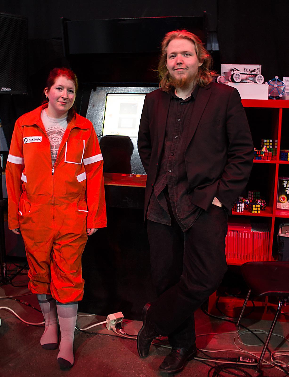 Veronika Heimsbakk og Jonathan Ringstad foran arkademaskinen Ringstad har bygd, og tatt med.Foto: Varg Aamo, hardware.no