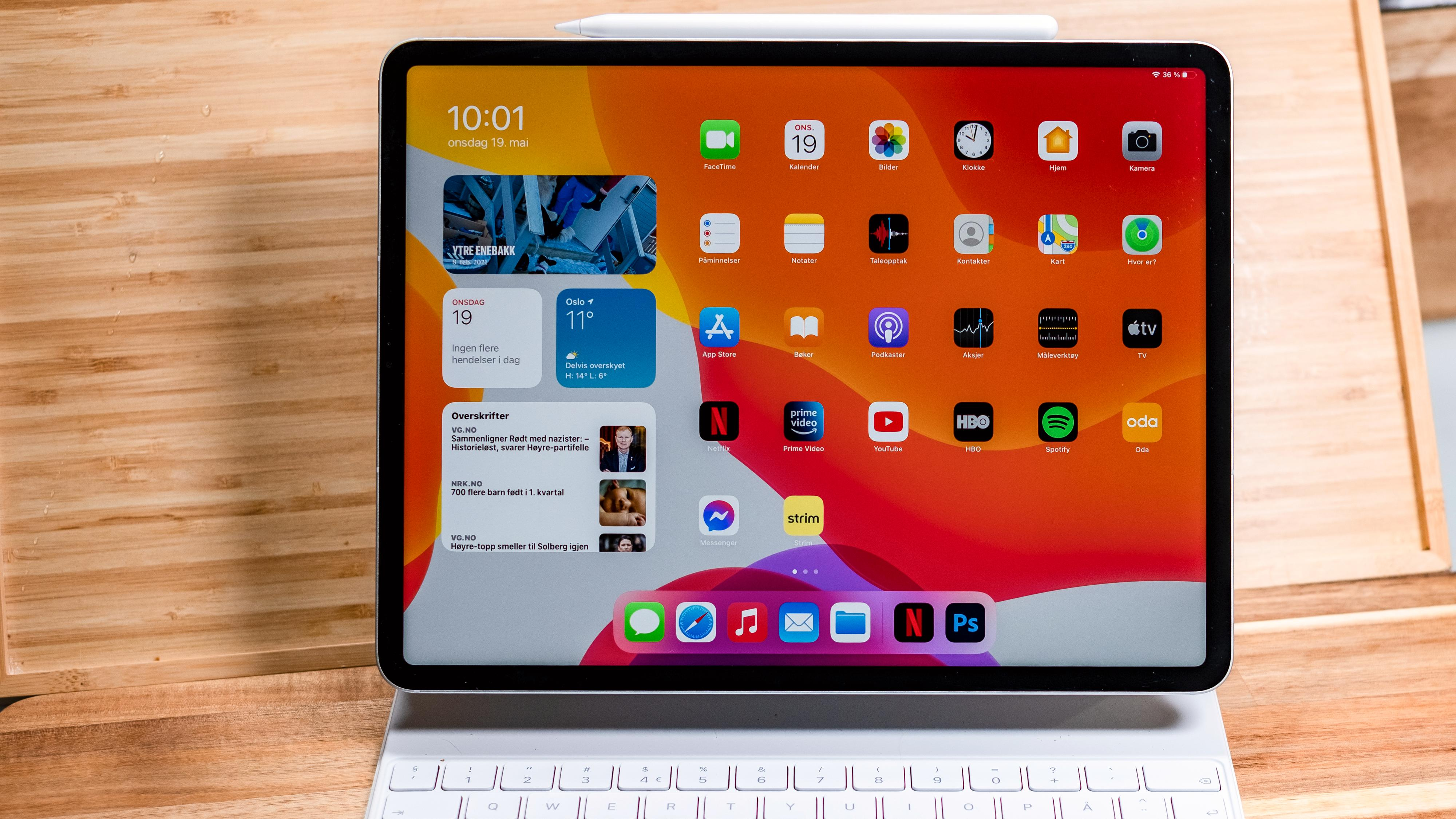 iPad Pro kan brukes bare som brett, men er aller nyttigst om du legger til et tastaturdeksel eller en Apple Pencil. Her er Apples Magic Keyboard, som har ekstra USB-C-port og musefelt. Prisen er imidlertid stiv - rundt 4000 bare for tastaturet.