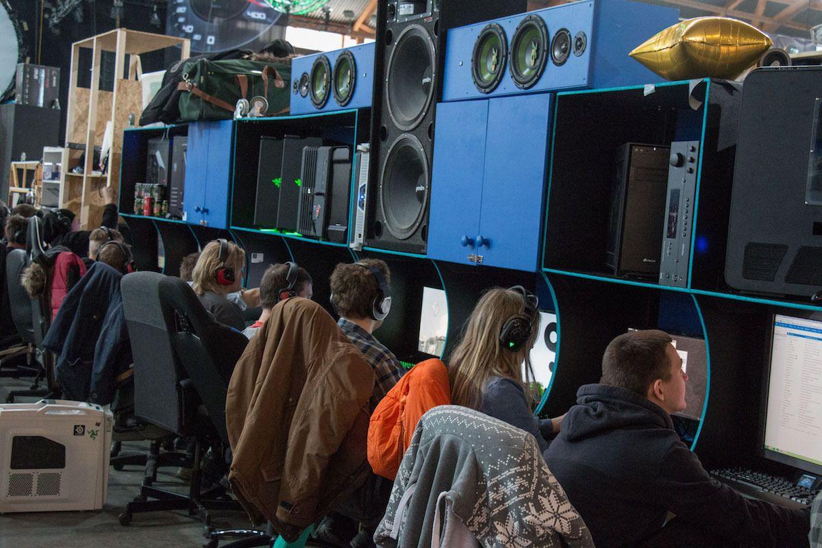De aller fleste hyllene vi så på The Gathering var i ganske kjedelige farger – rett fra IKEA. Derfor var det ekstra hyggelig å se at noen hadde lagt ned litt ekstra arbeid i riggene sine for å matche både hyller og høyttalere.