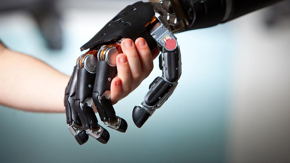 Noen tror datamaskiner vil «knyttes» sammen med mennesket på et biologisk plan, litt som med de nye, mekaniske protesene. Foto: John Hopkins Applied Physics Laboratory
