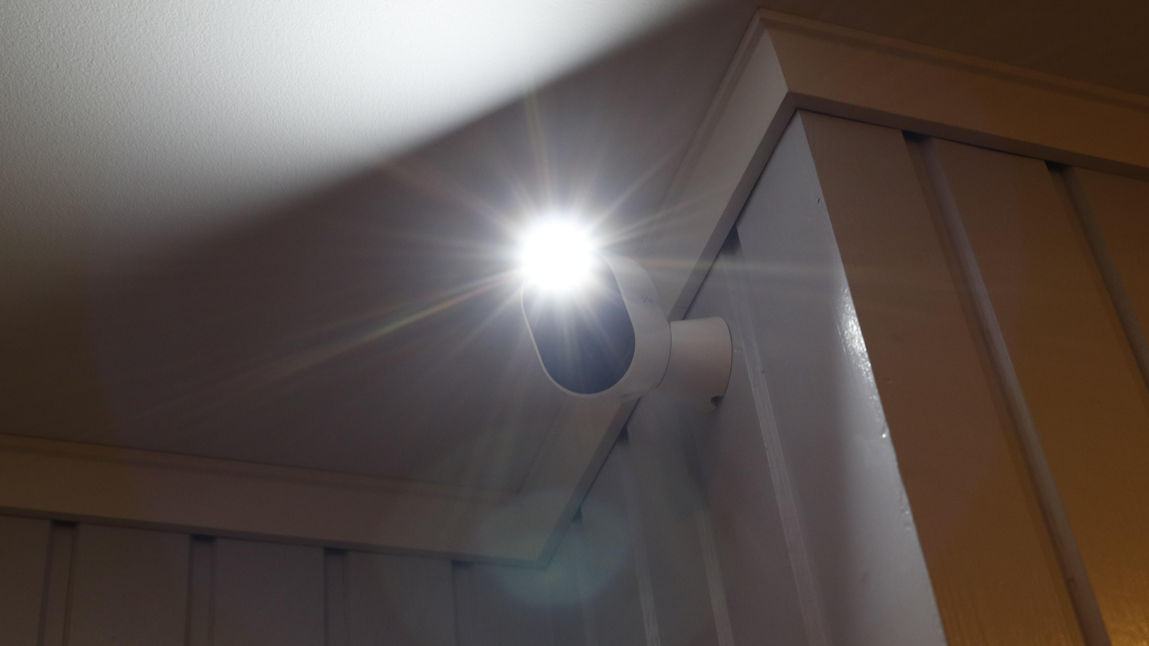 Arlo Pro 3 lyser ikke spesielt godt opp. Essential Spotlight byr på akkurat samme mengde.