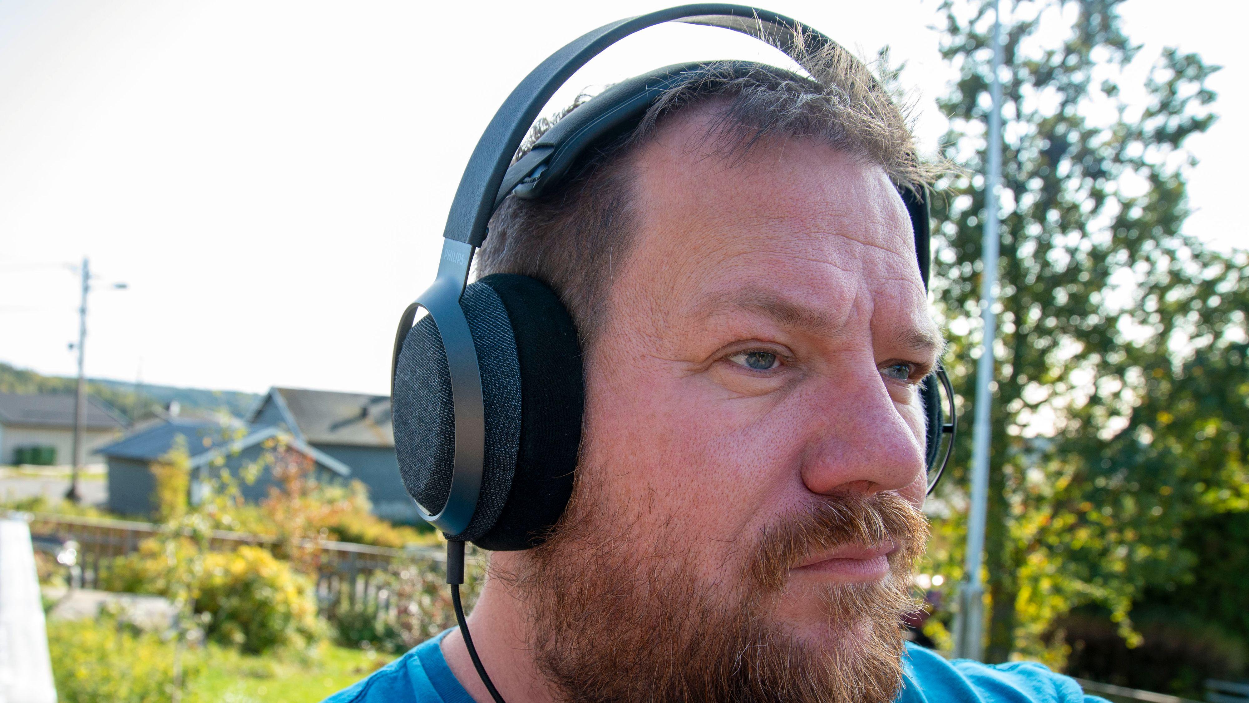 Philips Fidelio X3 gjør mye rett og gir godt med musikkglede når siste rest av sommervarmen skal nytes.