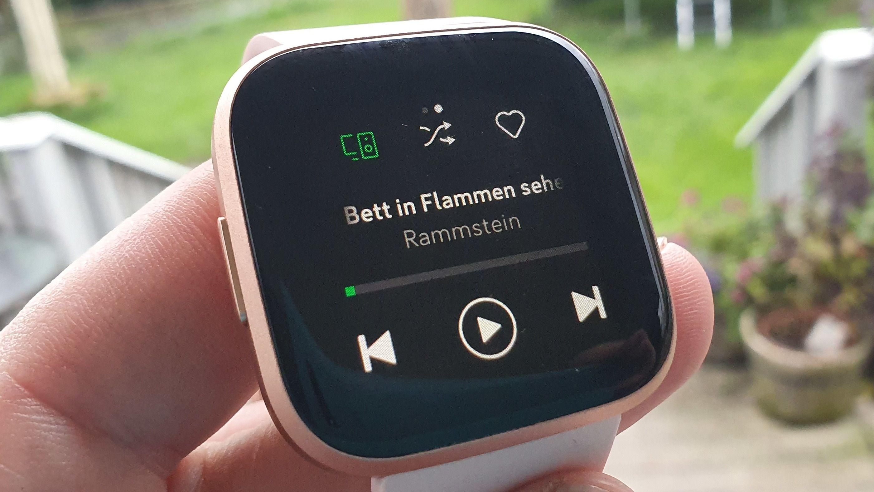 Spotify-appen lar deg gjøre enkle operasjoner når klokken er koblet til samme hjemmenettverk som smarthøyttaleren din.