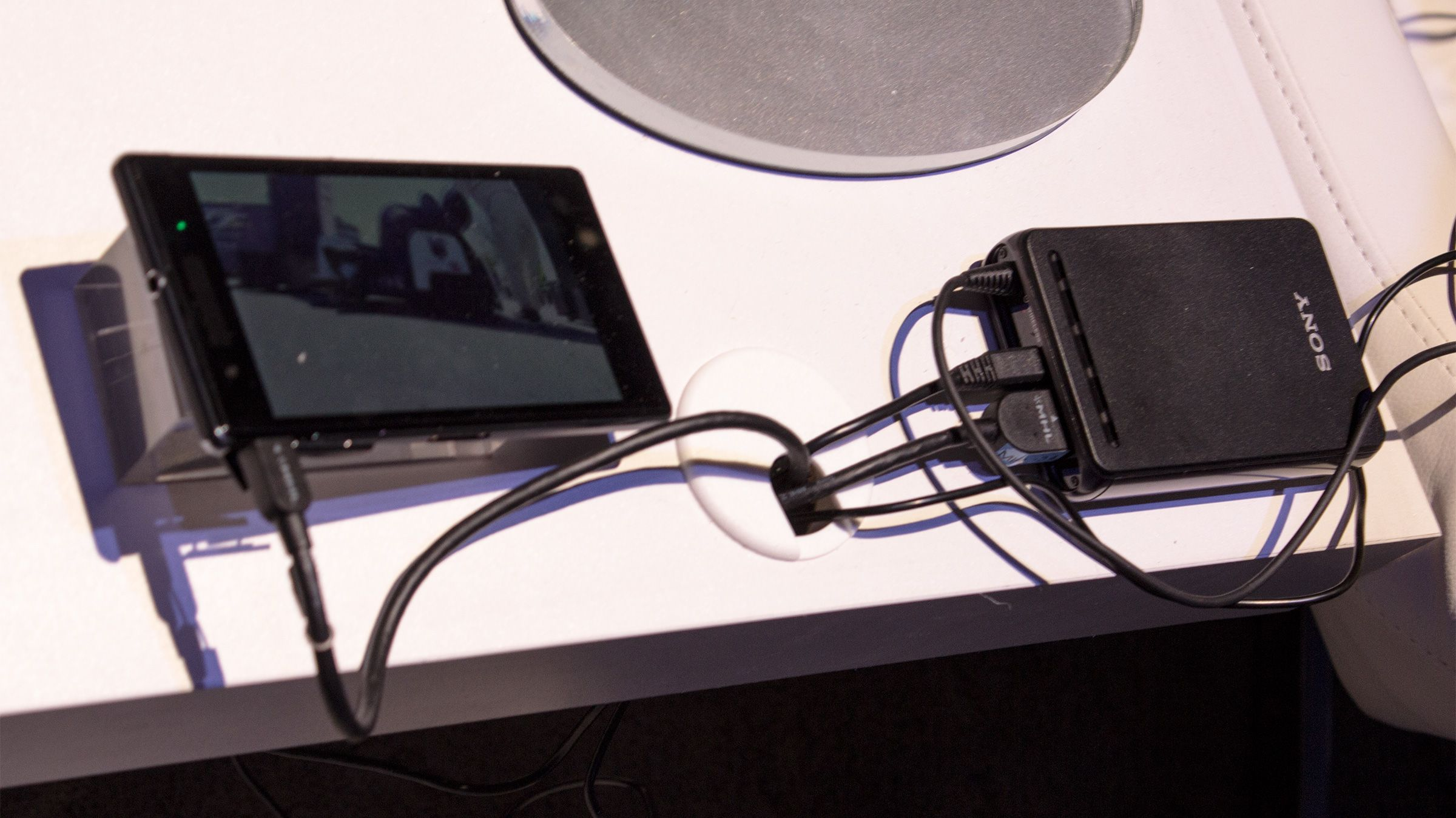 Kontrollboksen til Sonys briller er ikke rent ulik den vi kjenner fra Oculus Rift, men disse brillene kan uten problem drives av en mobiltelefon.Foto: Varg Aamo, Hardware.no