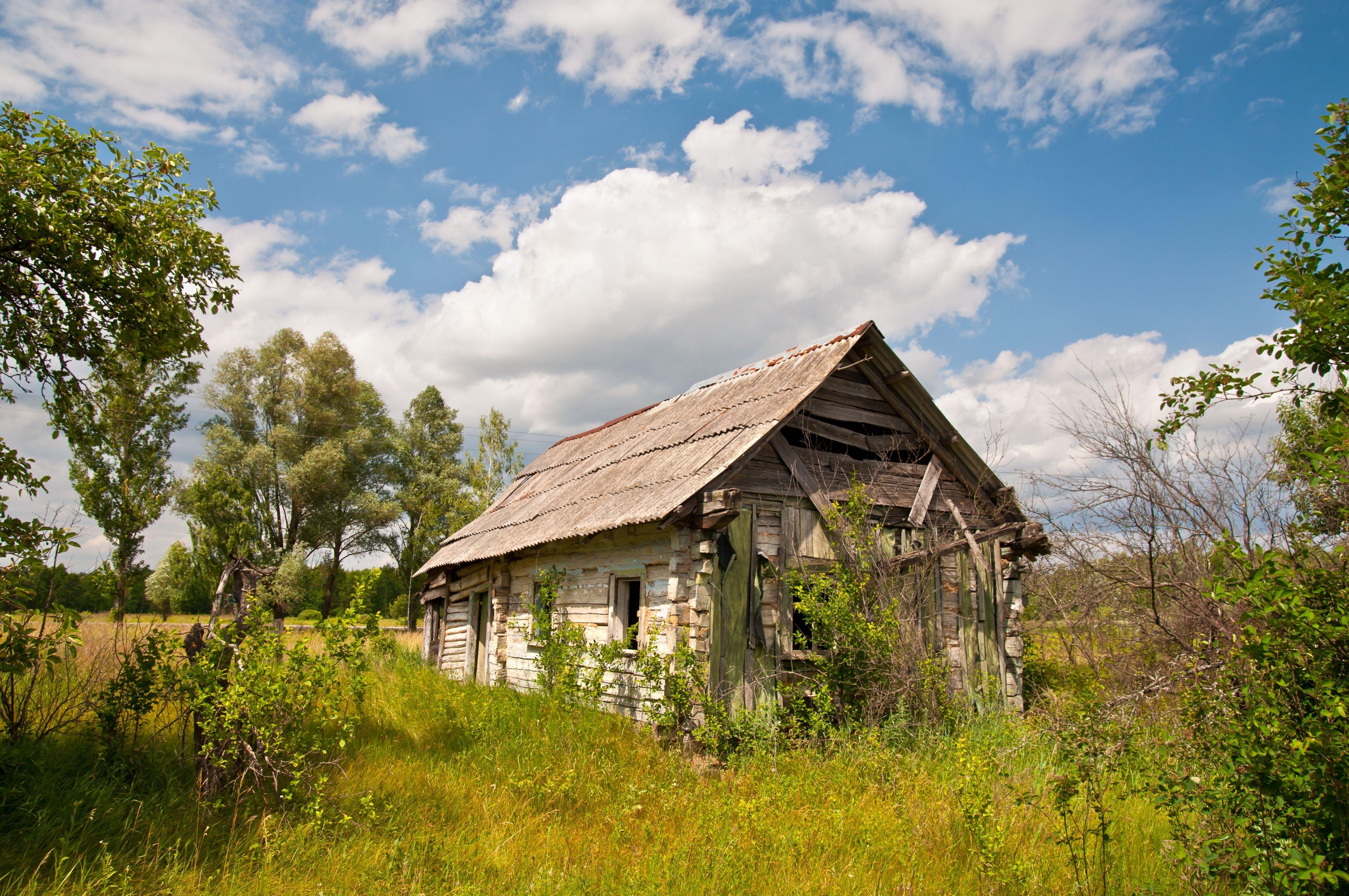 I den lille landsbyen utenfor selve anlegget finnes – eller fantes – flere hytter og småhus, og små og større gårder (kombinater). Her er det fremdeles folketomt. Men andre steder, skjult inne i skogene, finnes små hus med hageflekker hvor det bodde folk ulovlig så tidlig som i 1989. Myndighetene så gjennom fingrene med dette, siden dette ofte var eldre mennesker som ville tilbringe de siste årene på hjemstedet sitt.