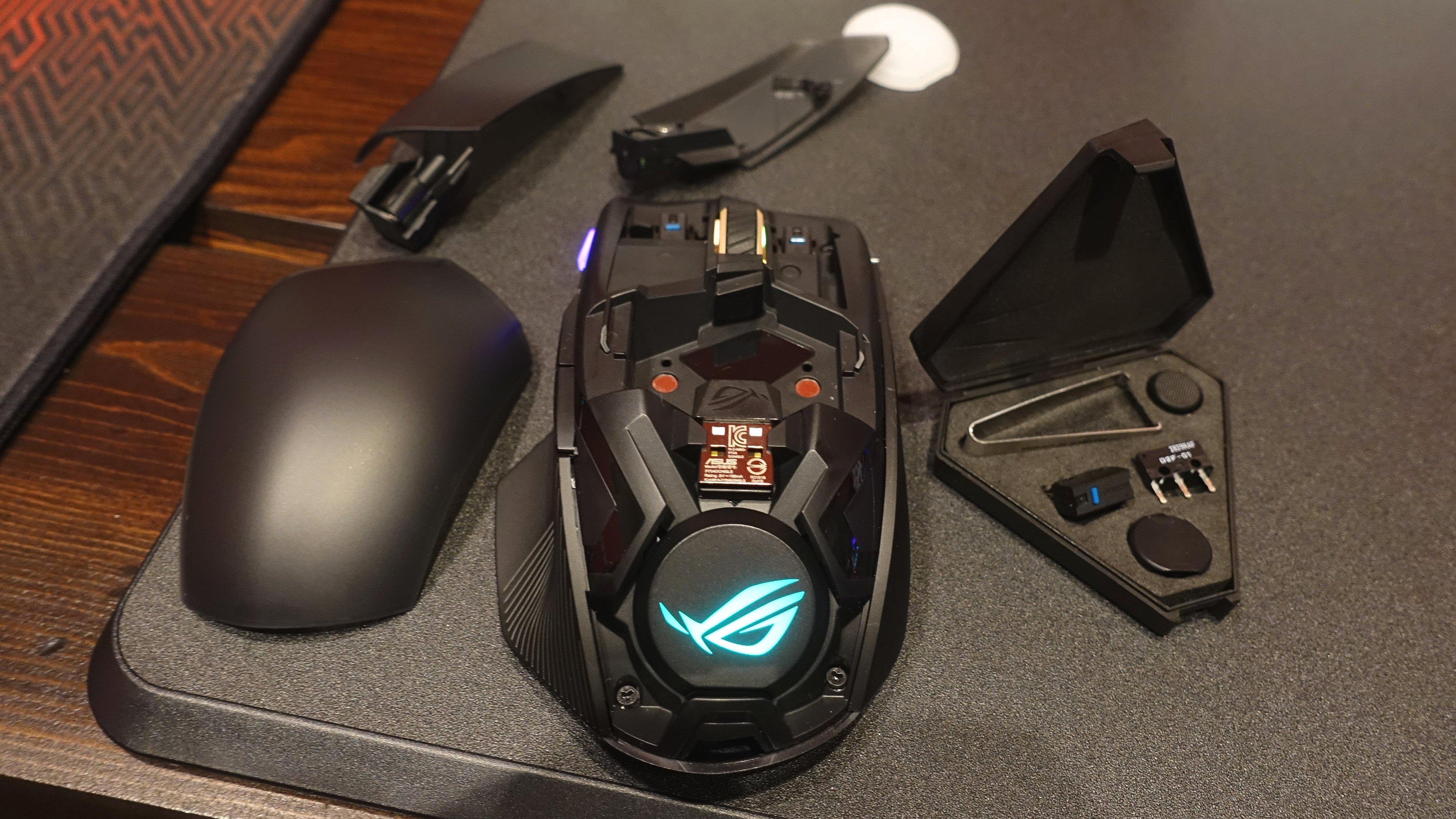 Asus ROG Chakram er modulær. I tillegg til joysticken kan også høyre og venstre klikkbryter byttes ut, samt den lysende logoplata bak.