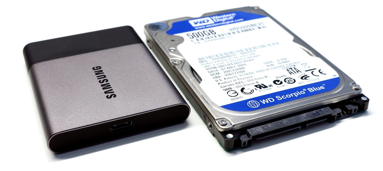 Samsung T3 ved siden av en vanlig 2,5-tommers harddisk.