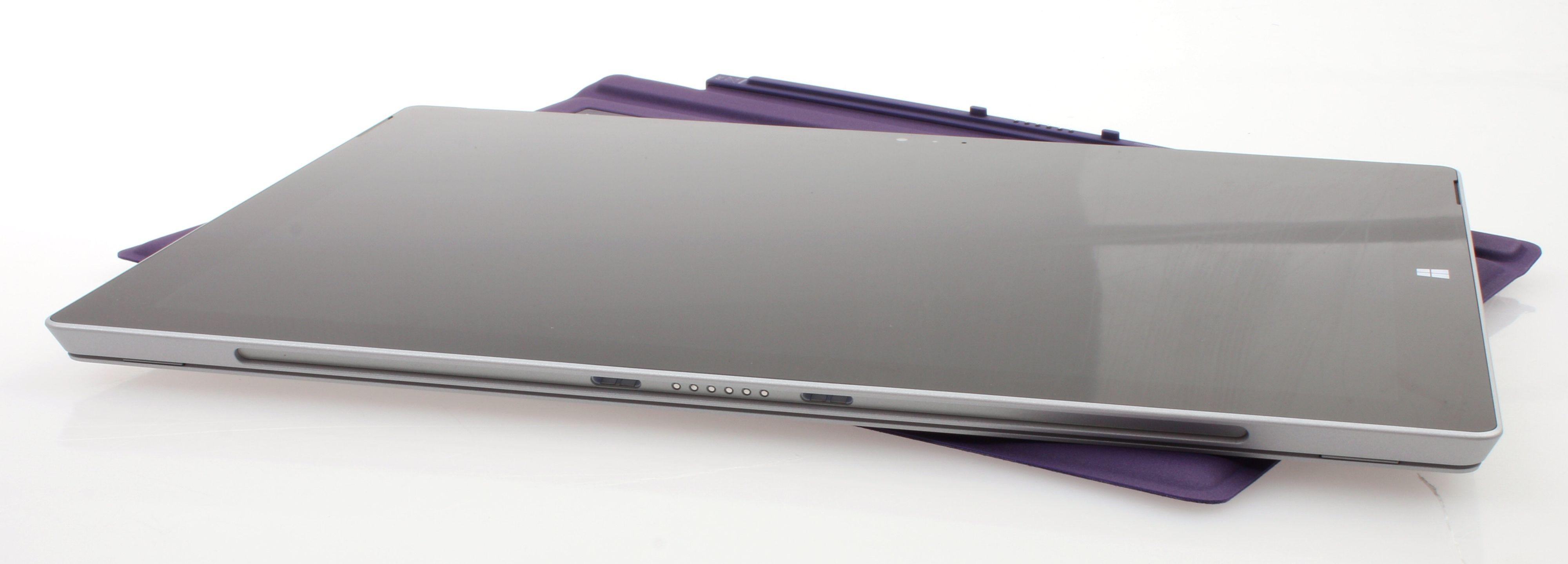 Uten tastatur er Surface Pro 3 kun ni millimeter tykk.Foto: Vegar Jansen, Hardware.no