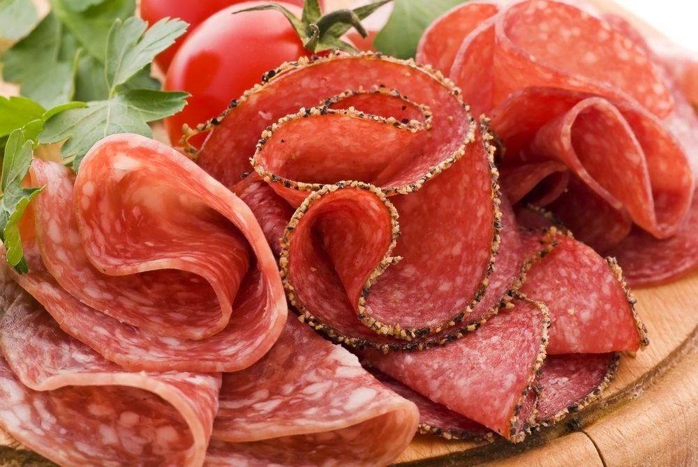 Det er kanskje vanskelig å forestille seg, men i en periode midt på 1970-tallet var all salami helt grå. Norge gikk fra frislipp av natriumnitrat til totalforbud – og endte opp med triste varer som ikke holdt seg friske i butikkene. Resultatet ble et kompromiss, og nå er grenseverdiene samkjørte i Europa.