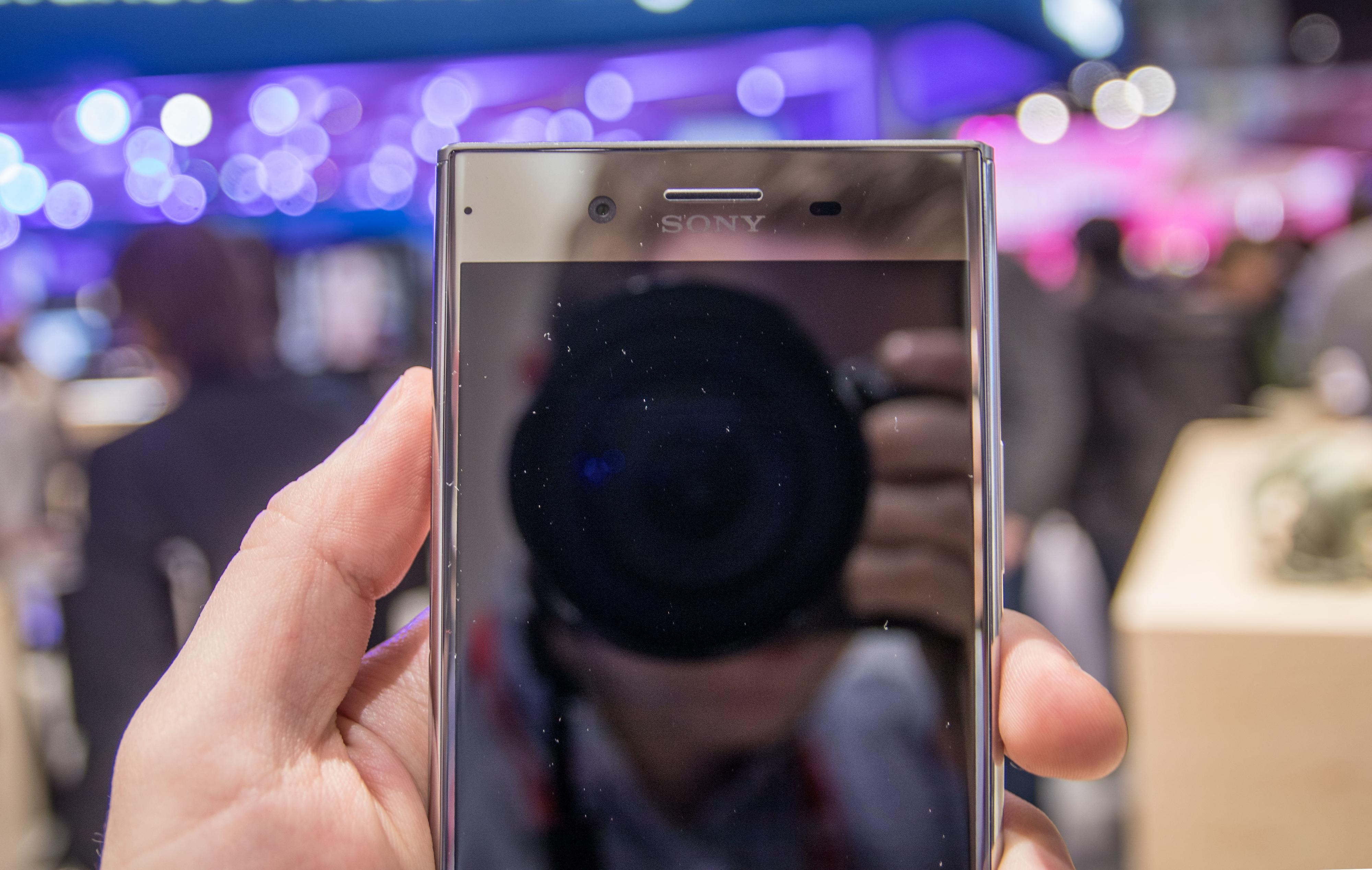 «Vi kunne gjort kantene oppe og nede mindre, men vi trengte plassen til å legge inn kameraet vårt. » , får vi høre fra Sonys representant på messeområdet. Kameraet dekker omtrent hele dybden av mobilen. Vi vet ikke om det forklarer den store kanten nede på mobilen, men la gå.