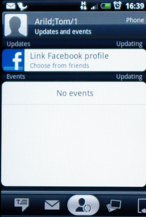 Du kan enkelt linke en kontakt til Facebook-profilen.