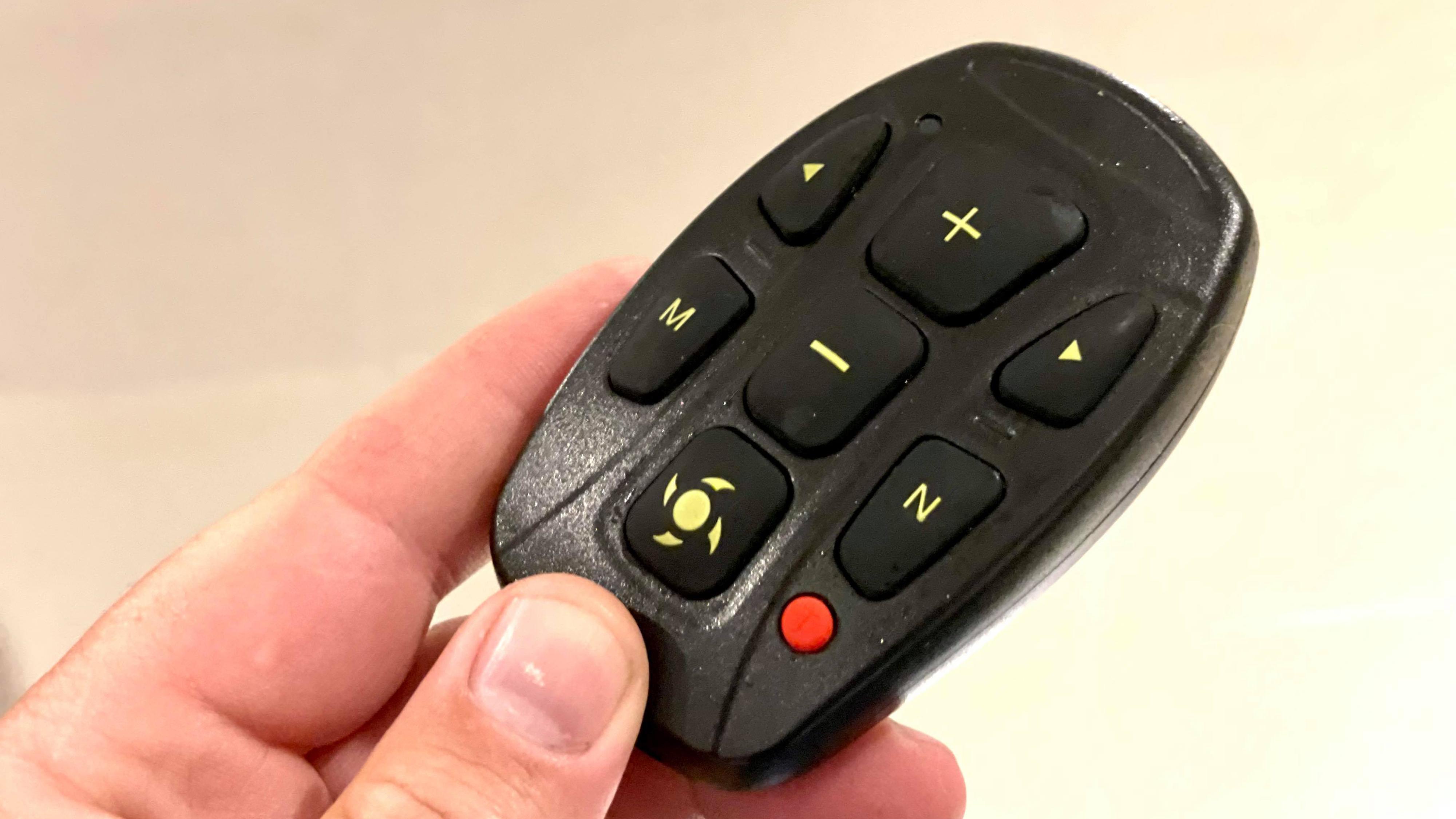 En fjernkontroll som er lett å bruke hører til. Den gir imidlertid ikke informasjon om batteristatus eller hva motoren gjør akkurat nå.