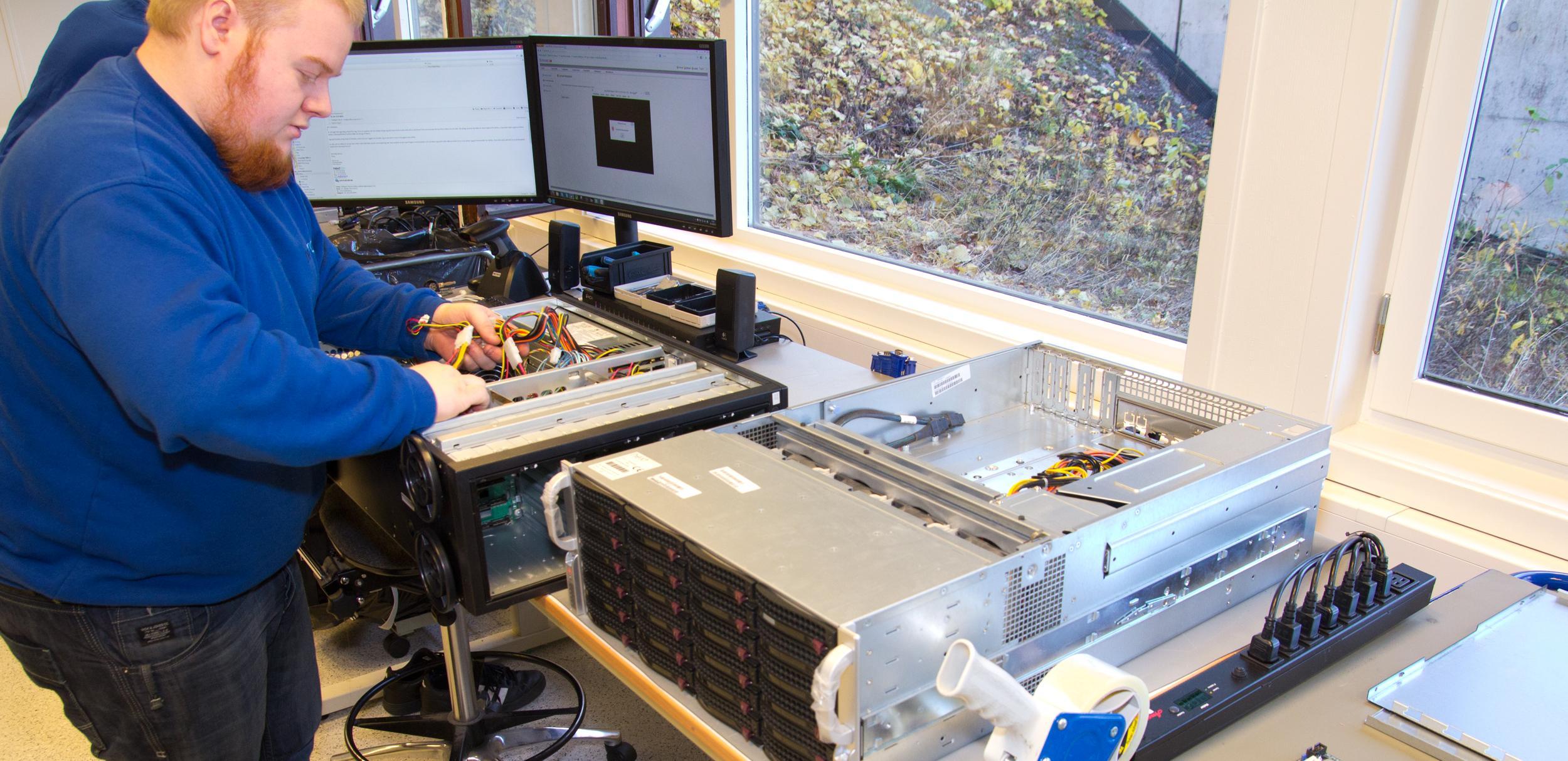 En ny server blir klargjort hos Nextron.Foto: Rolf B. Wegner, Hardware.no