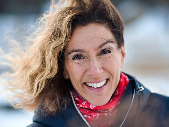 """""""Att vara ute och gå i naturen påverkar vårt hormonsystem, det sänker våra stresshormoner ganska rejält"""", säger Leila Söderholm."""