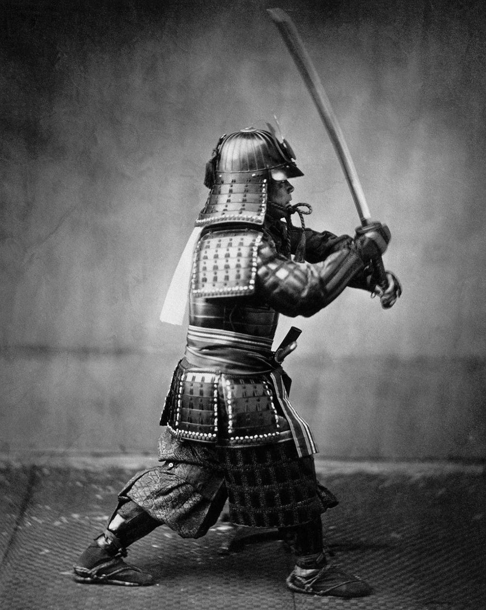 Et våtplatefotografi av en samurai i rustning, datert til rundt 1860. Legg merke til hvor mye bedre bildekvaliteten er, sammenlignet med det grove kalotypiet lenger oppe til høyre i saken. (Foto: Felice Beato, ca. 1860)