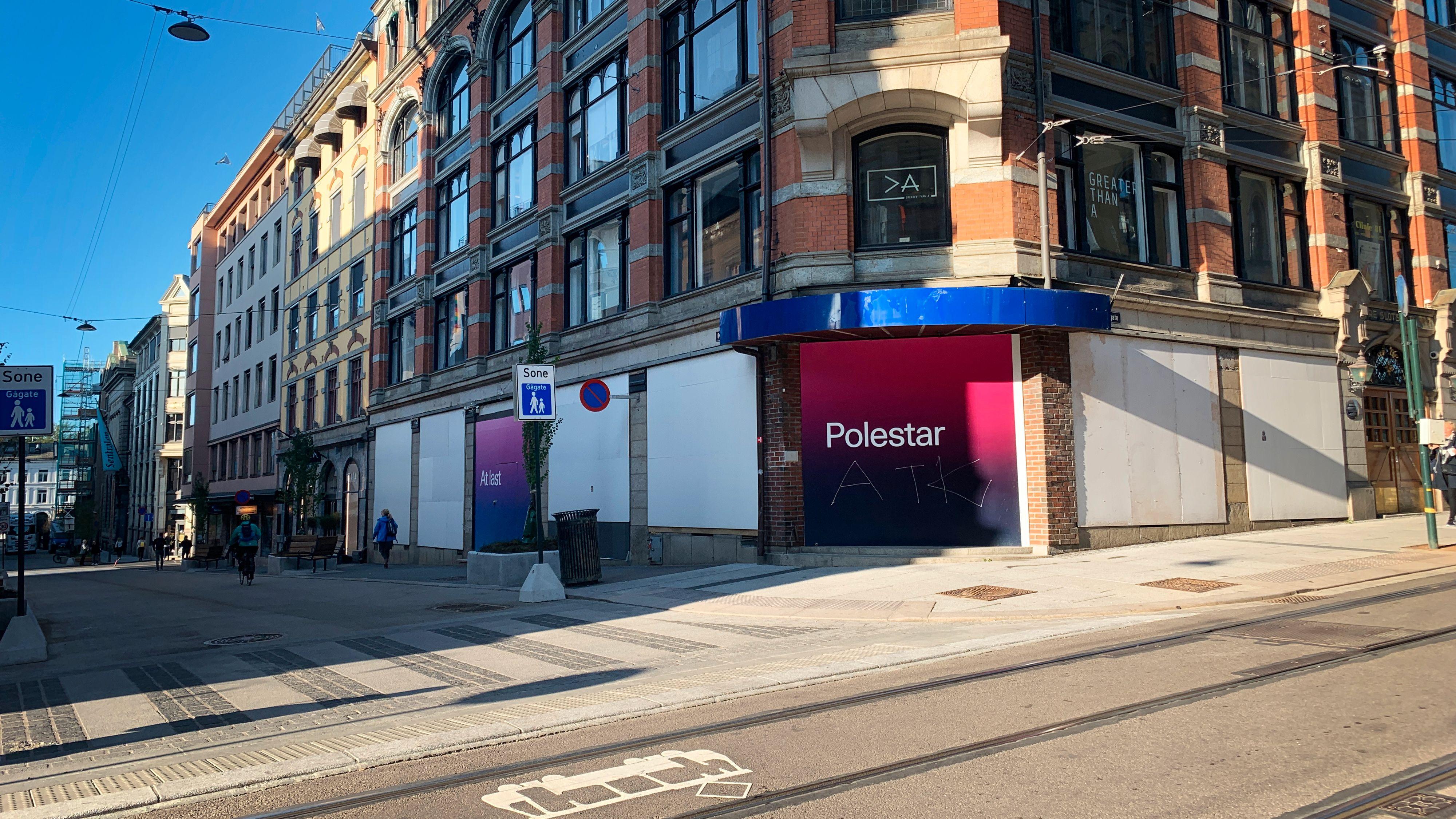 Her, i Øvre Slottsgate i Oslo, åpner Polestar snart sin første «Space» globalt. Foreløpig ser det ikke så imponerende ut.