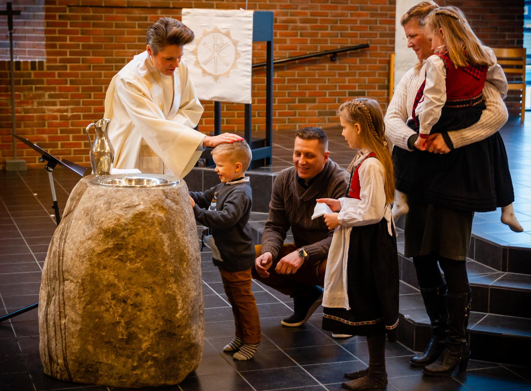 TRE I ETT: Søsknene Noa, Maria og Sara ble døpt av prest Cecilie Bakkene Pedersen i Tjensvoll kirke.