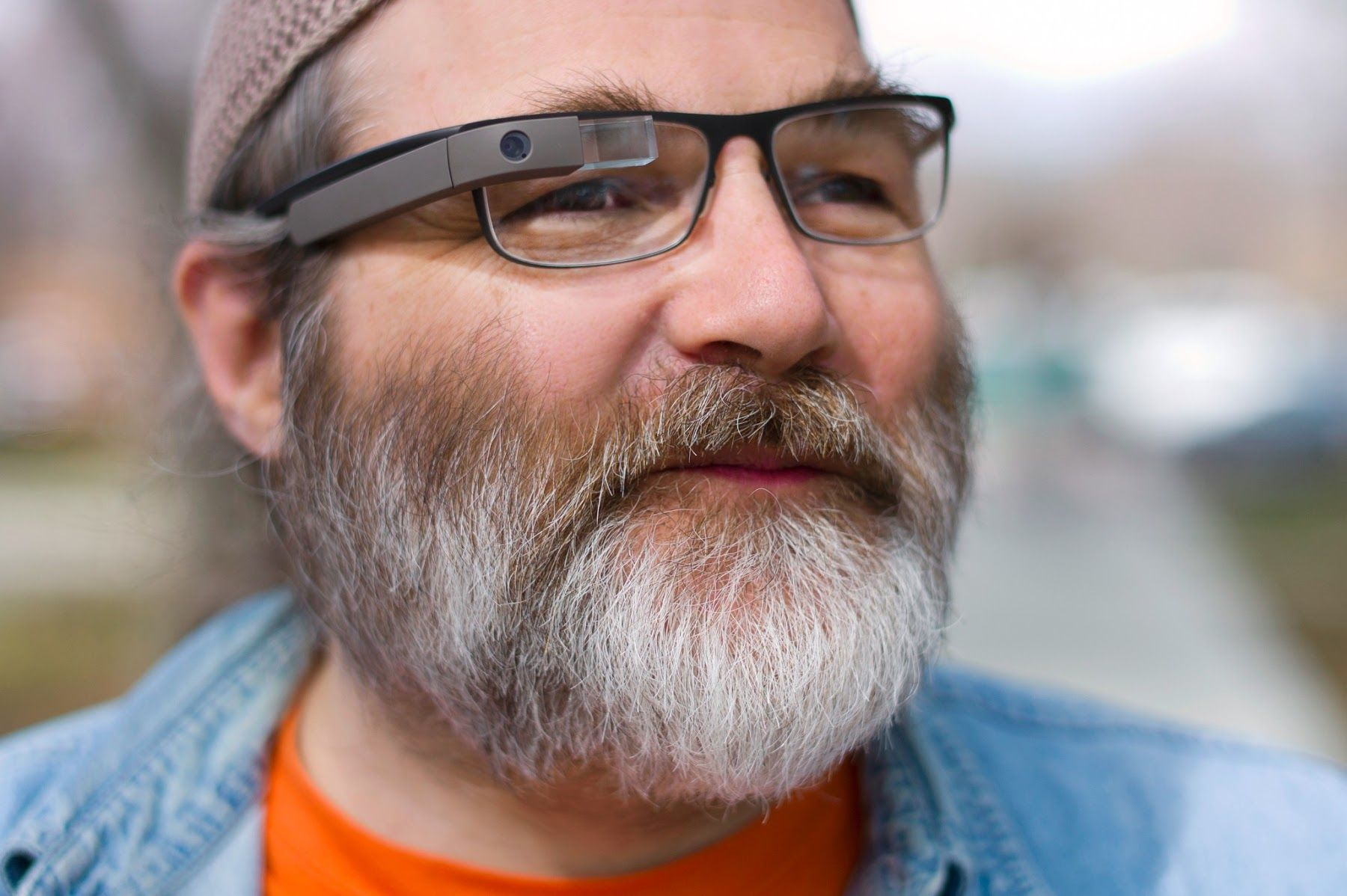Greg Priest-Dorman i Google Glass-teamet demonstrerer Google Glass for de som trenger briller med styrke..Foto: Google