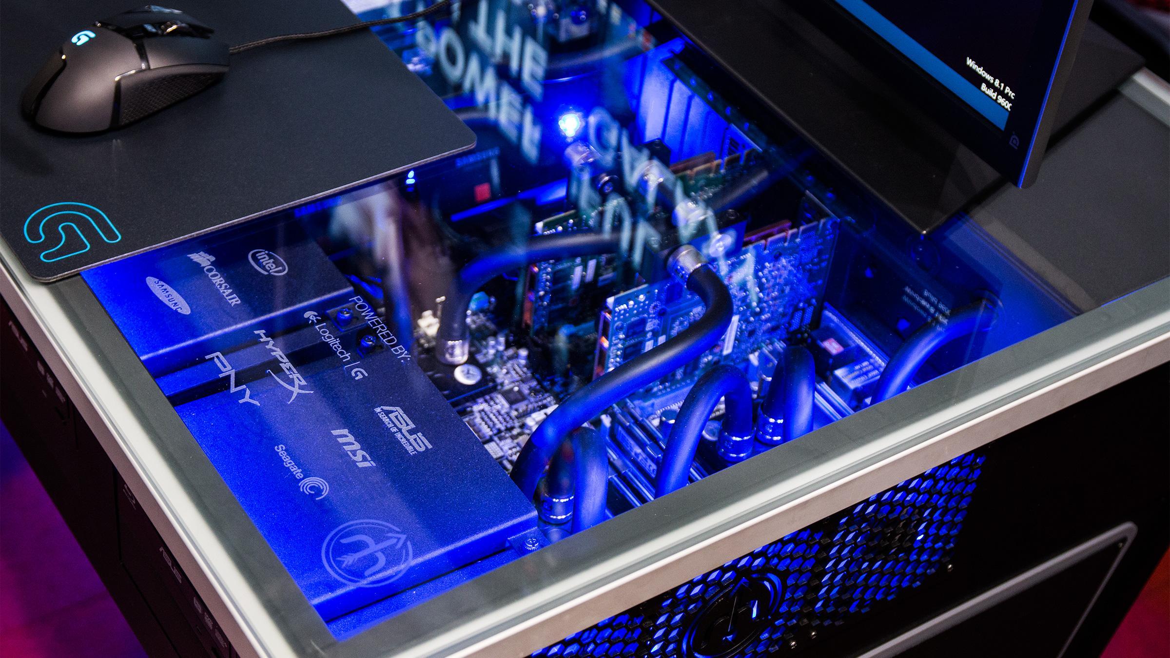 24 prosessorkjerner, to grafikkort i Nvidias Quadro-serie, og en kvart terabyte RAM bør gjøre susen på hjemmekontoret.Foto: Ole Henrik Johansen, Hardware.no