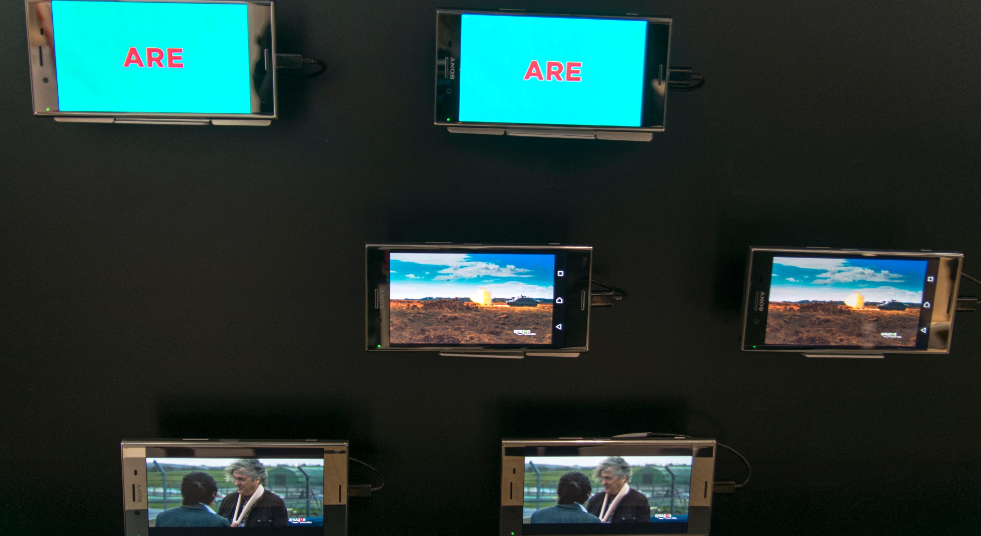Xperia XZ Premium kan vise 4K og HDR. Samtidig. Dessverre er telefonen såpass tidlig i utviklingen at vi ikke fikk klå på selve enheten. Den sto bare bak glass.
