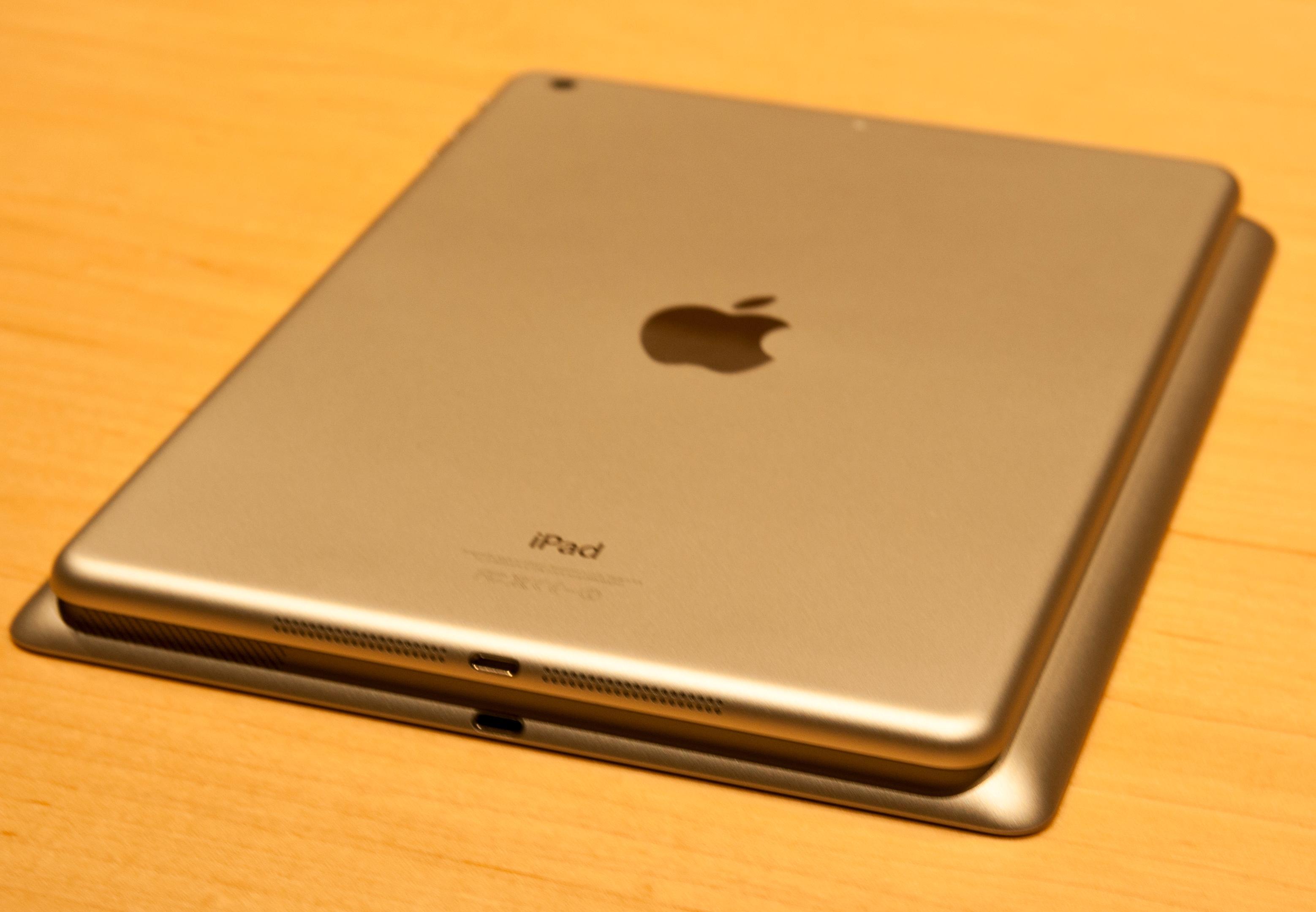 iPad Air på ryggen til 4.generasjon iPad. Volumet er redusert med 24 prosent.Foto: Espen Irwing Swang, Amobil.no