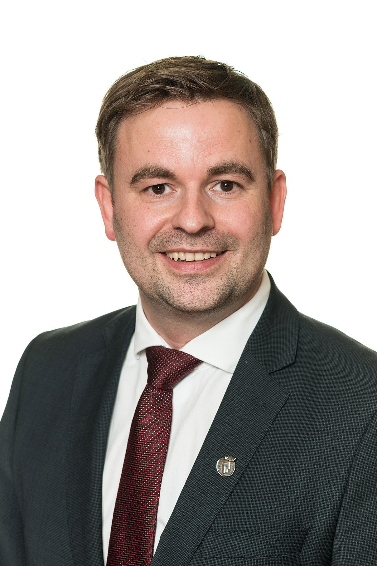 Statssekretær Allan Ellingsen (Frp) i Samferdselsdepartementet sier det vil bli lyst ut en konkurranse om å bygge nye ladere i Troms og Finnmark.