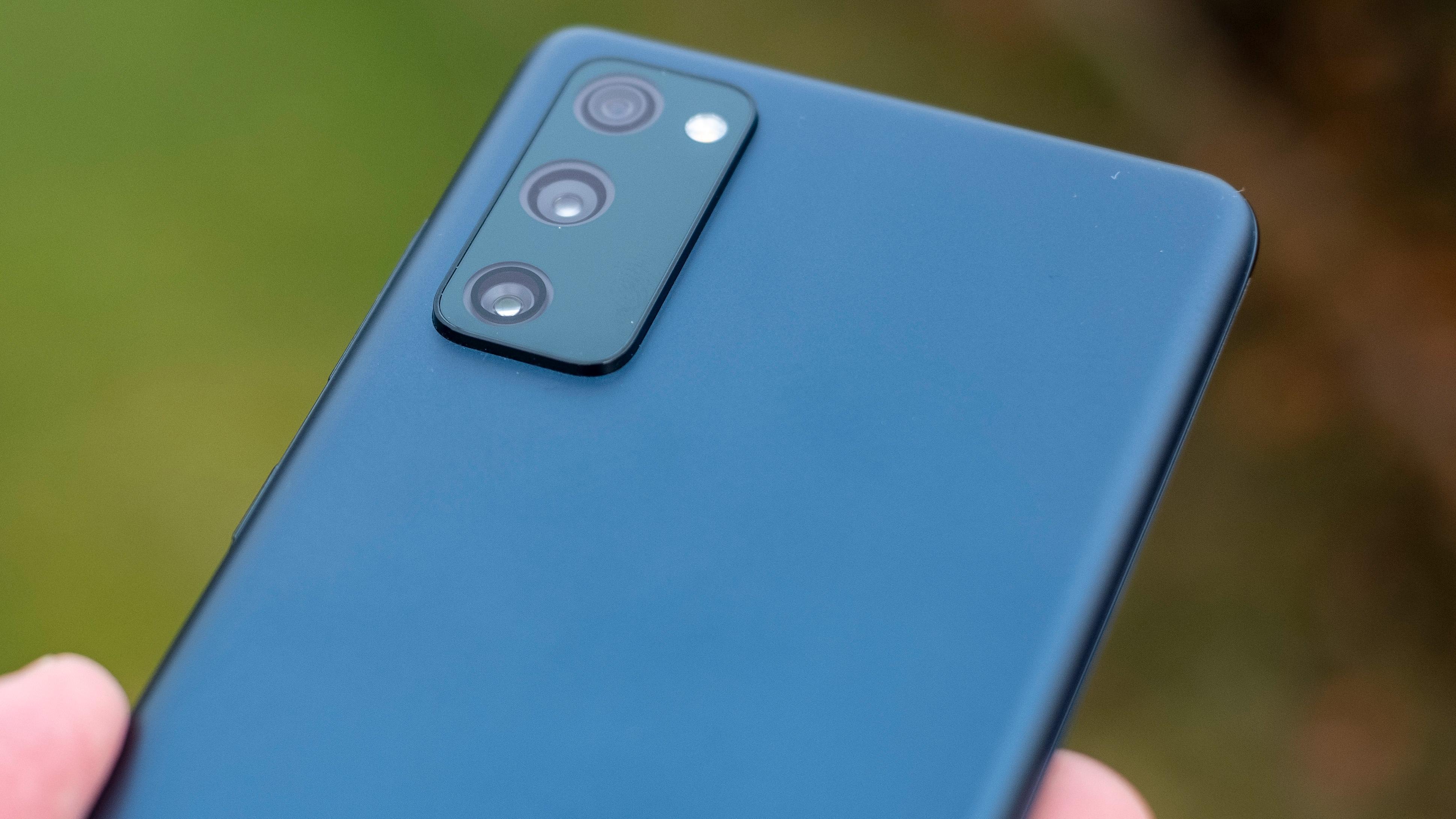 Designen på kameratuten bak minner mer om den du ser på Galaxy Note 20-modellene enn på S20-serien. Men den har aller mest til felles med S20-serien, denne telefonen.