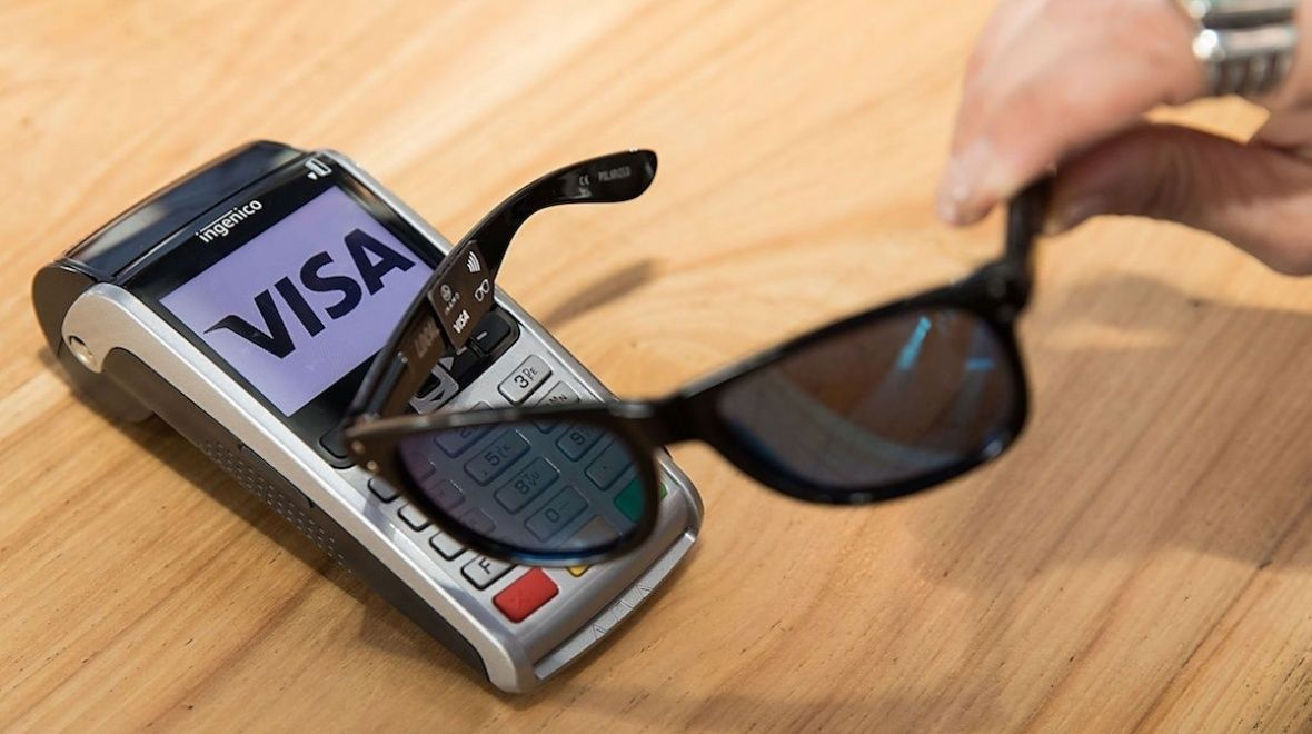 Snart kan du kanskje betale i butikken med et par solbriller