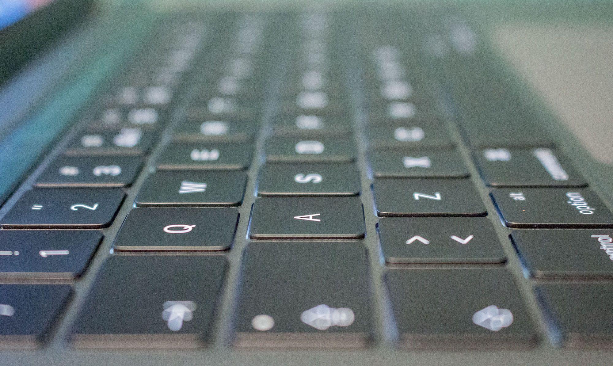 Tastaturet benytter seg av taster med oppdatert sommerfuglmekanisme. Disse er langt flatere enn forrige MacBook Pro, men byr på noe lengre vandring og bedre respons enn MacBook-tastaturet.