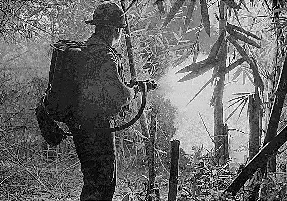 Amerikansk soldat bruker flammekaster under Vietnam-krigen. Foto: National Archives and Records Administration