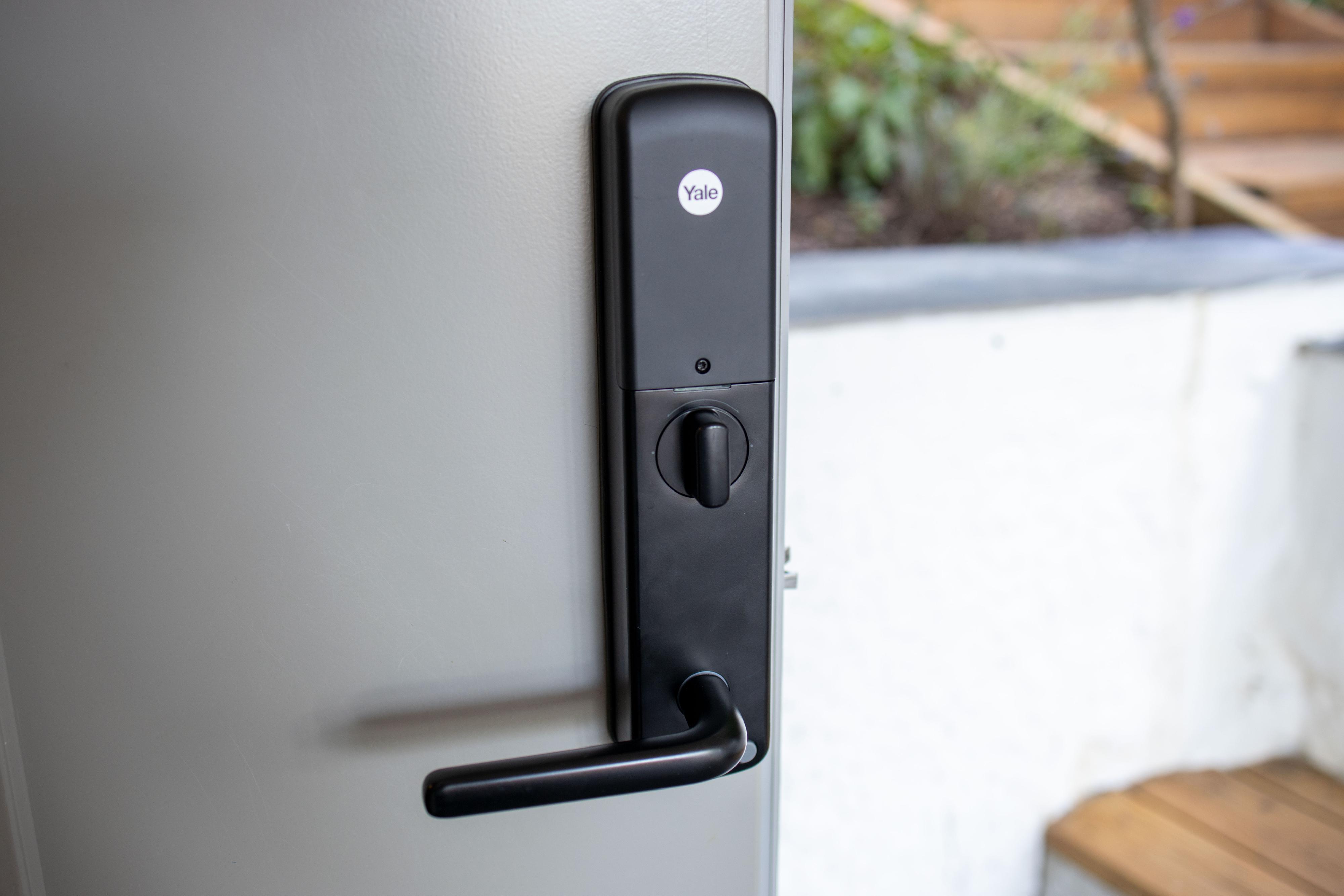 Yale Doorman V2N er definitivt større enn bare en dørvrider og lås. Vi synes likevel utførelsen i matt svart var ganske lekker.