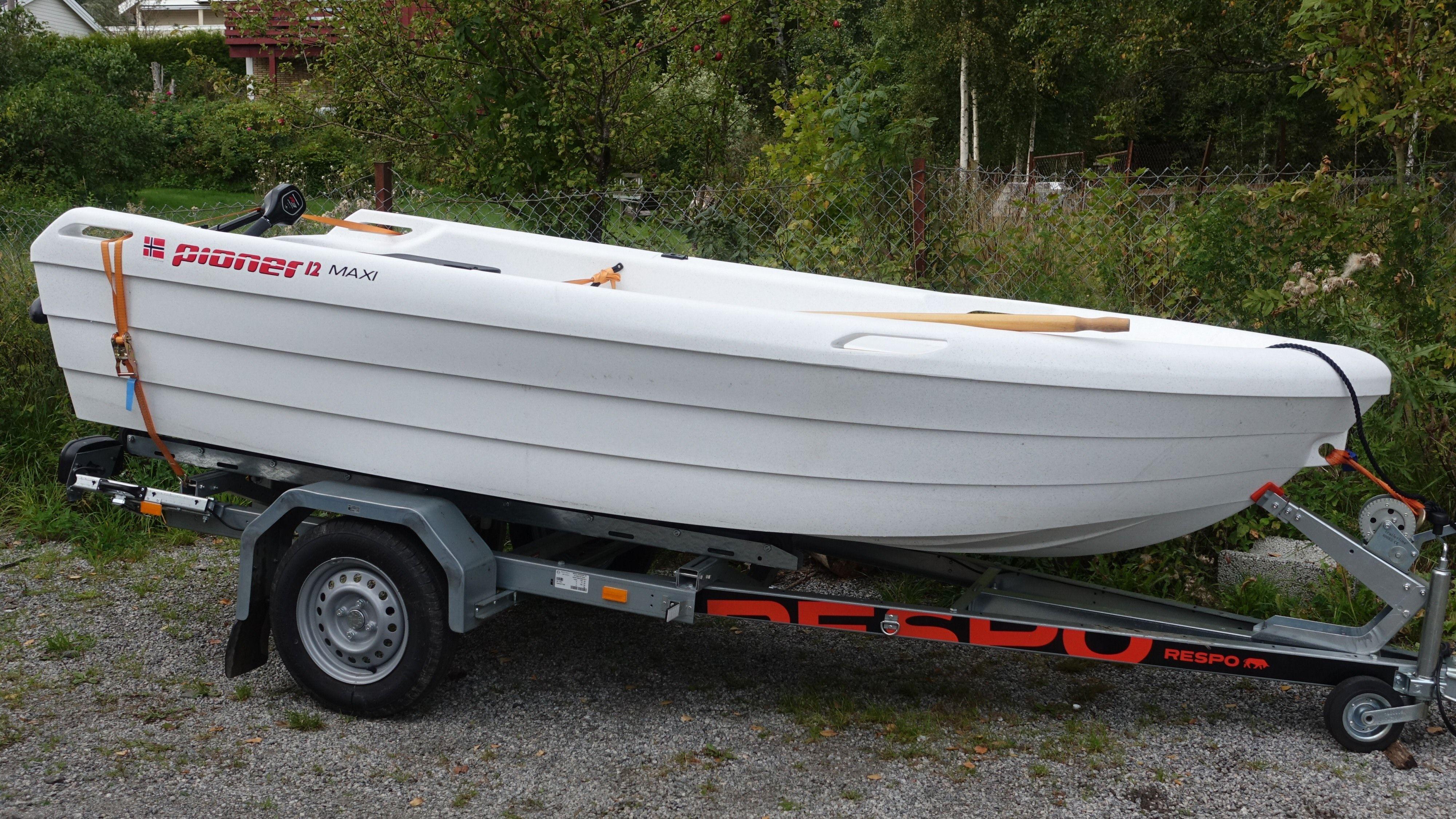 Det er klart enklest å sette ut eller frakte båten med henger. Denne fra Respo passer båten som hånd i hanske.