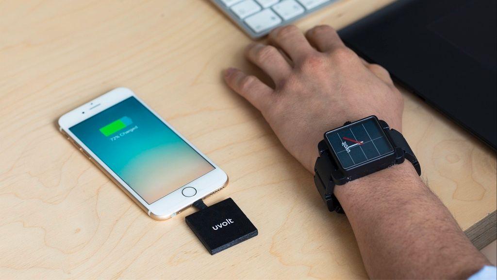 Denne klokken lader mobilen din på farten – og får strøm fra solen